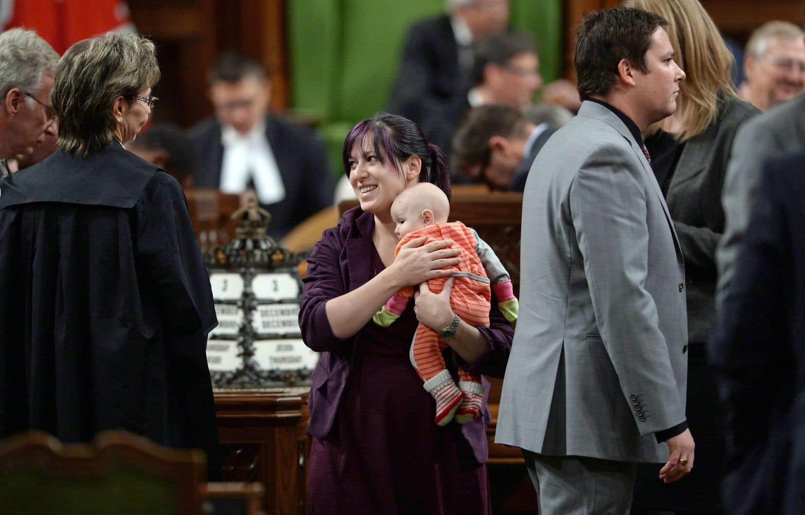 Les députés aussi sont confrontés à la conciliation travail-famille. Sur cette photo prise le 3décembre dernier à Ottawa, la députée néodémocrate Christine Moore, sa fille Daphnee dans les bras, participe au vote pour l'élection du président de la Chambre des communes.