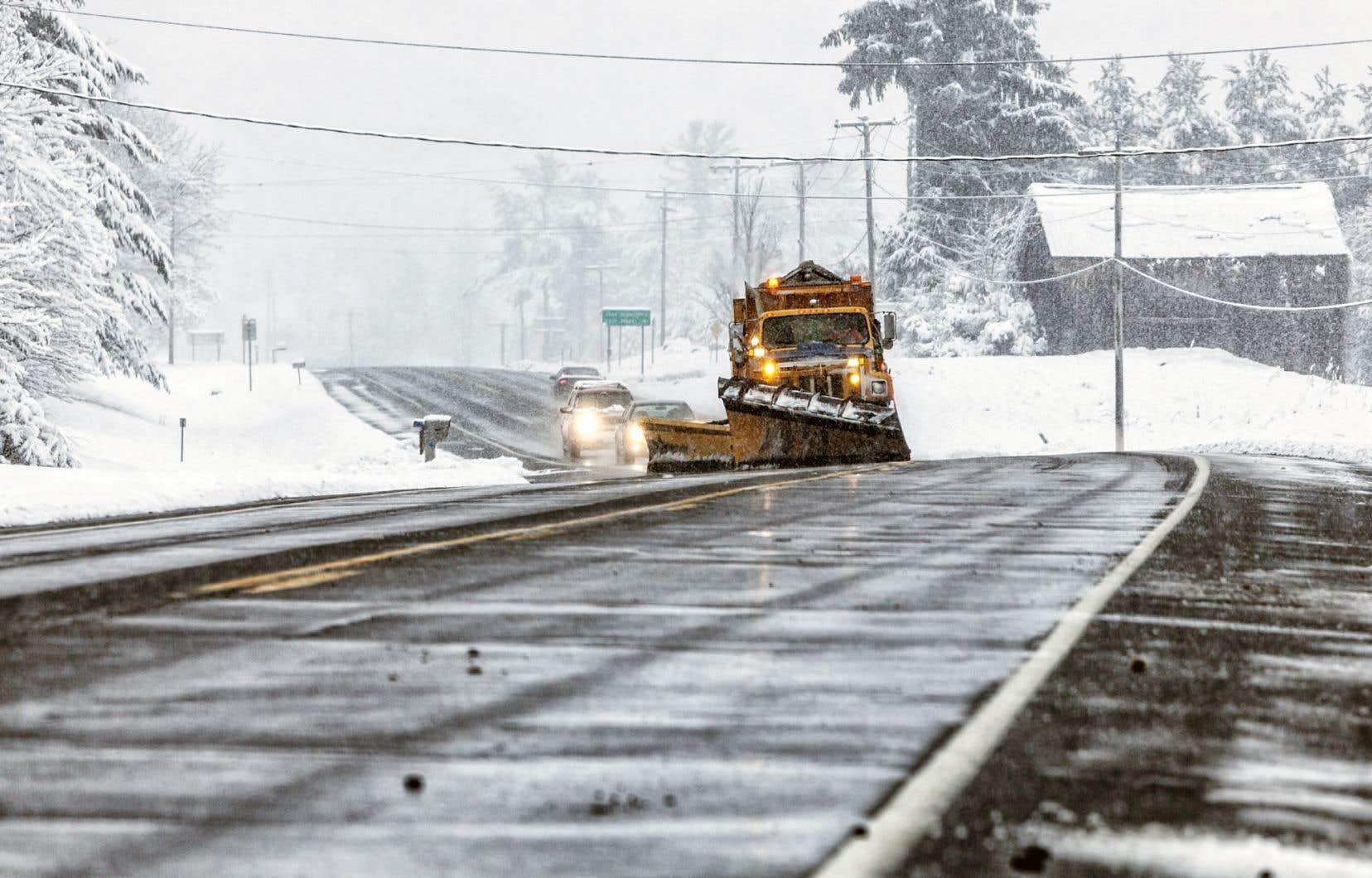 En évitant le recours au sel, des municipalités disent économiser en coûts d'entretien des camions.