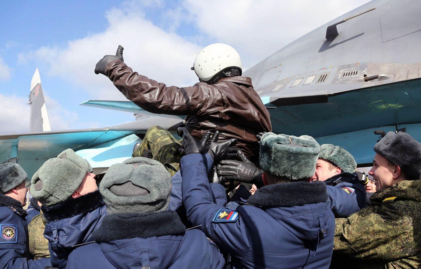 Les pilotes revenus en Russie après leur mission en Syrie ont été accueillis en héros.