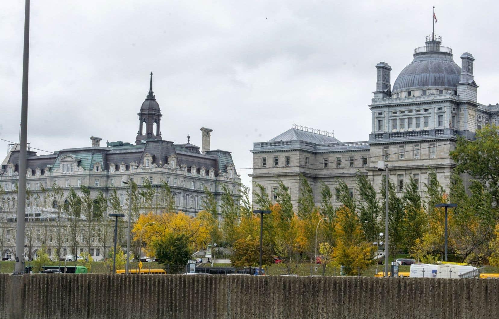 Le Syndicat des cols blancs de Montréal est affilié au Syndicat canadien de la fonction publique (SCFP) qui compte plus de 110000 membres au Québec et représente environ 70 % de l'ensemble des employés municipaux au Québec.
