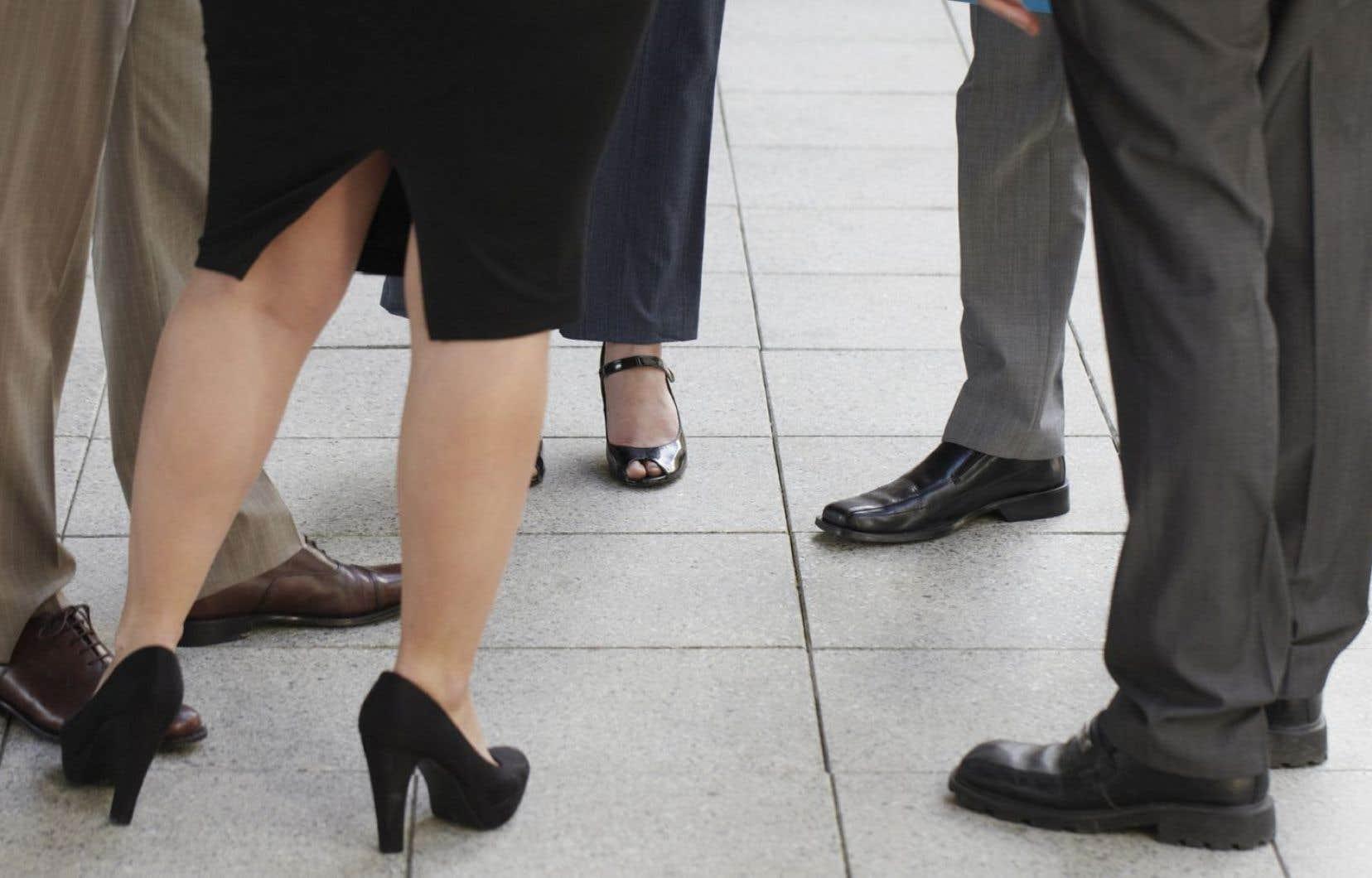 Les femmes accèdent certes davantage à l'éducation supérieure que les hommes, mais en dépit de ce fait, elles demeurent largement désavantagées sur le marché de l'emploi.