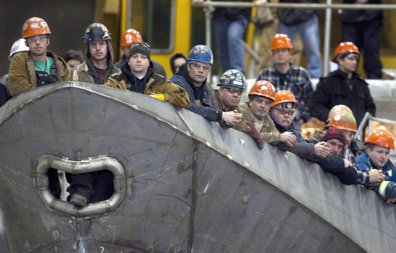 Le gouvernement conservateur de Stephen Harper a octroyé en 2012 des contrats de construction navale aux chantiers maritimes Seaspan, à Vancouver, et Irving, à Halifax, mais aucun navire n'a encore été construit.