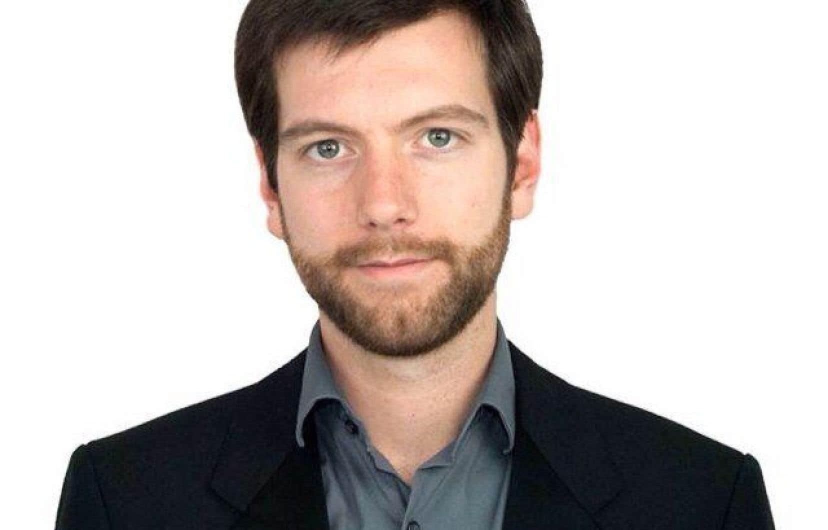 En plus de son rôle de chef de parti, Alex Tyrrell étudie à l'Université Concordia à Montréal, à temps partiel, en Sciences de l'environnement.