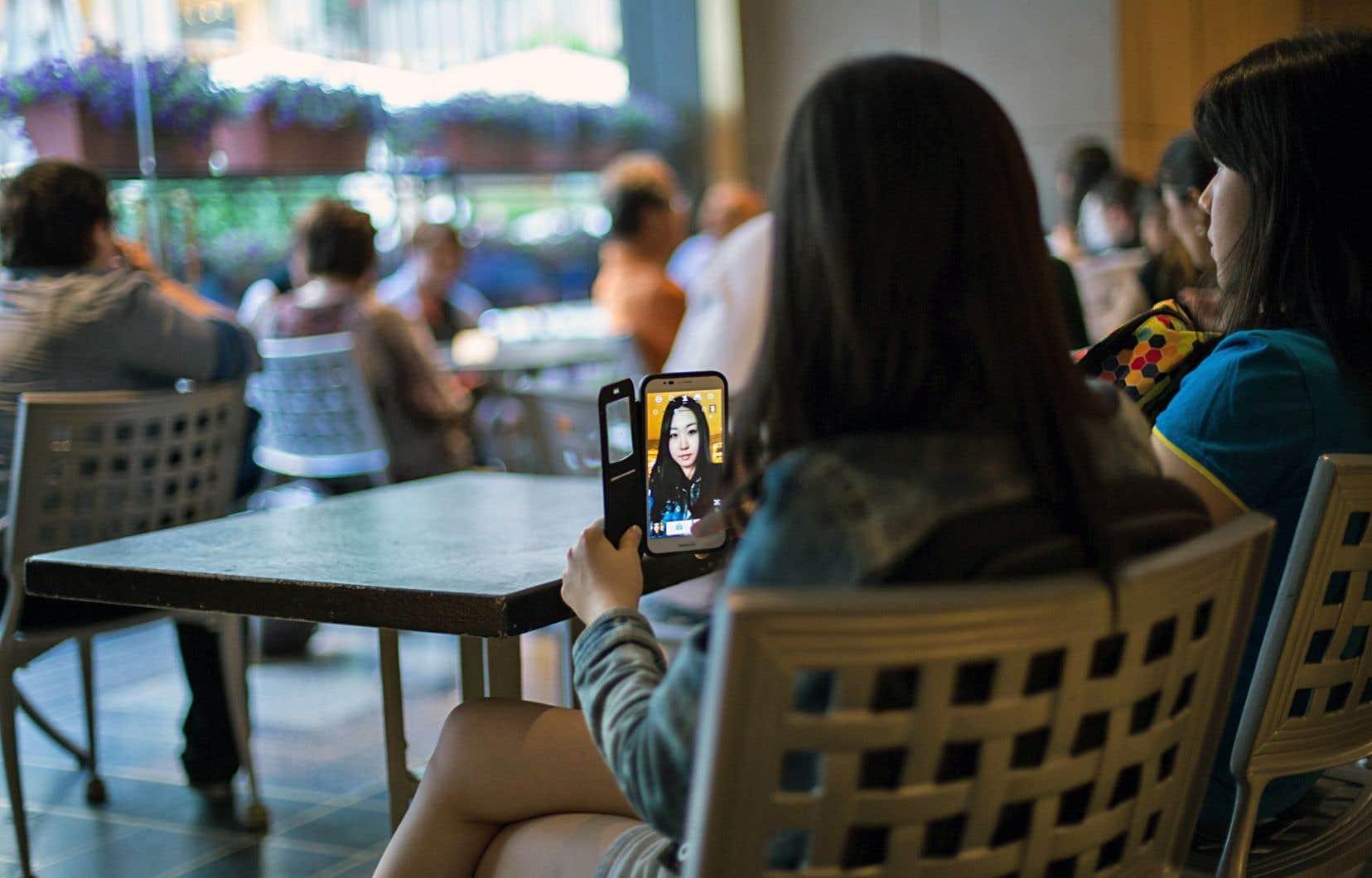 Les réseaux sociaux agiraient sur le cerveau humain comme la cocaïne, selon une étude parue au début du mois dans la revue «Psychological Reports: Disability and Trauma».