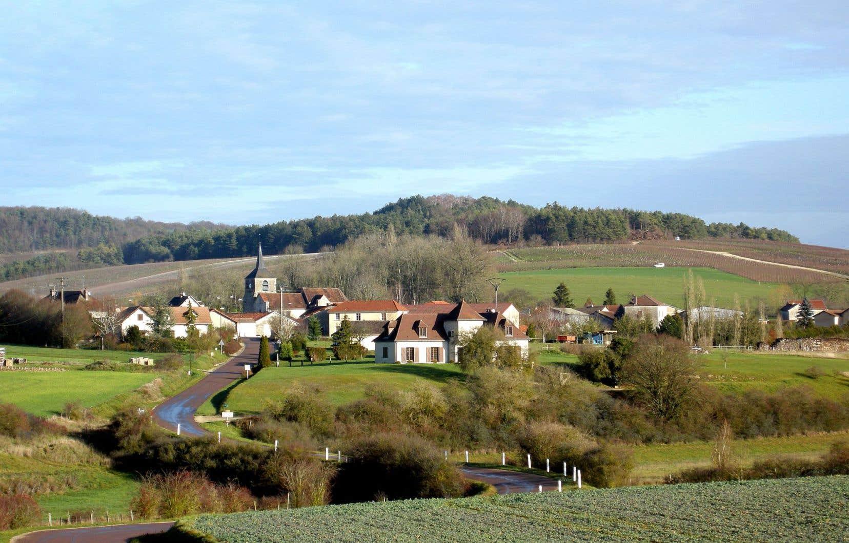 Rouvres-les-Vignes est un minuscule bourg d'à peine 200 âmes, à quelques kilomètres de Colombey-les-Deux-Églises, là où naquit et mourut l'illustrissime Charles de Gaulle.