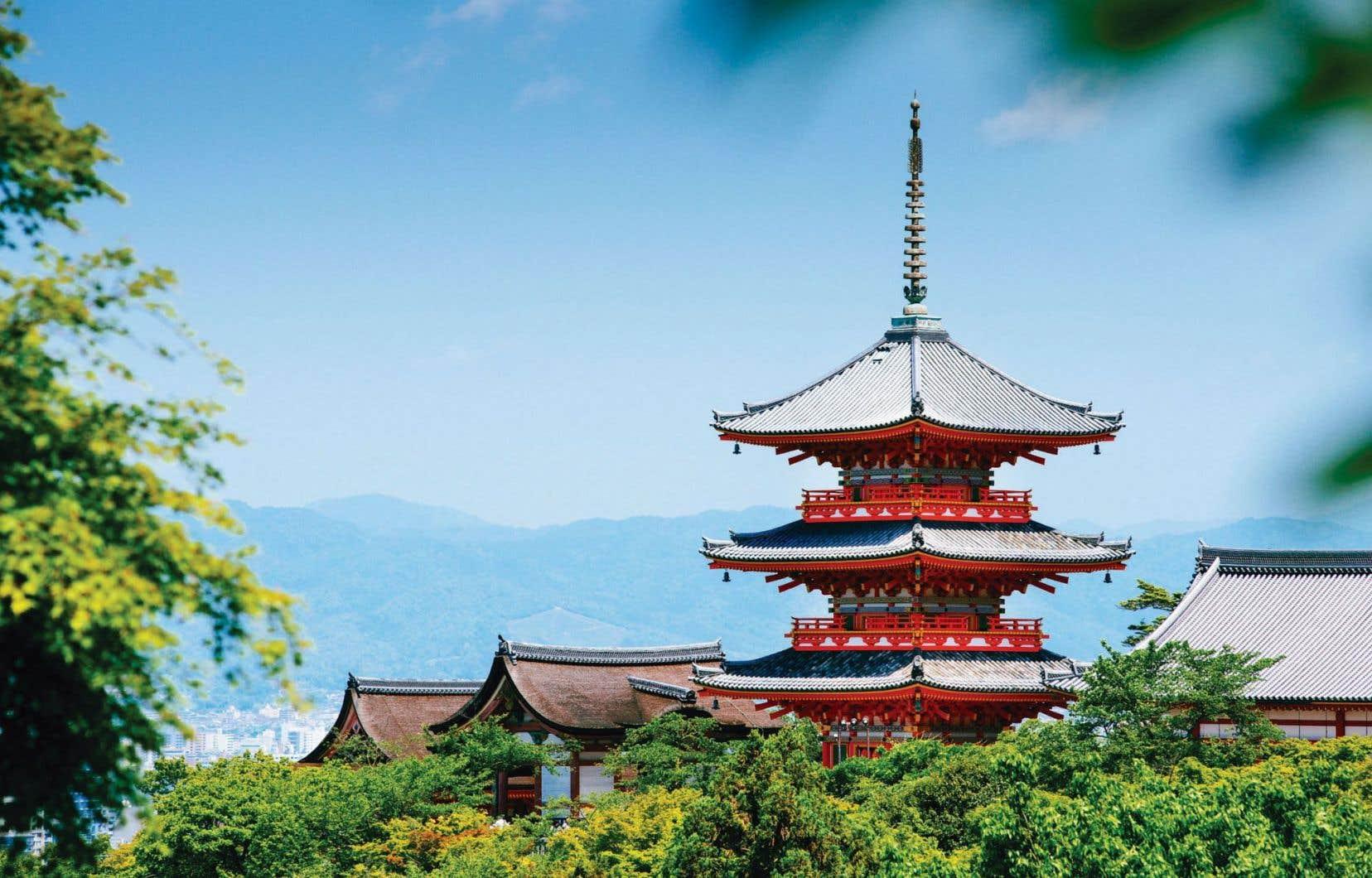 Le temple bouddhique Kiyomizu-Dera sur fond de vue sur Kyoto, au Japon
