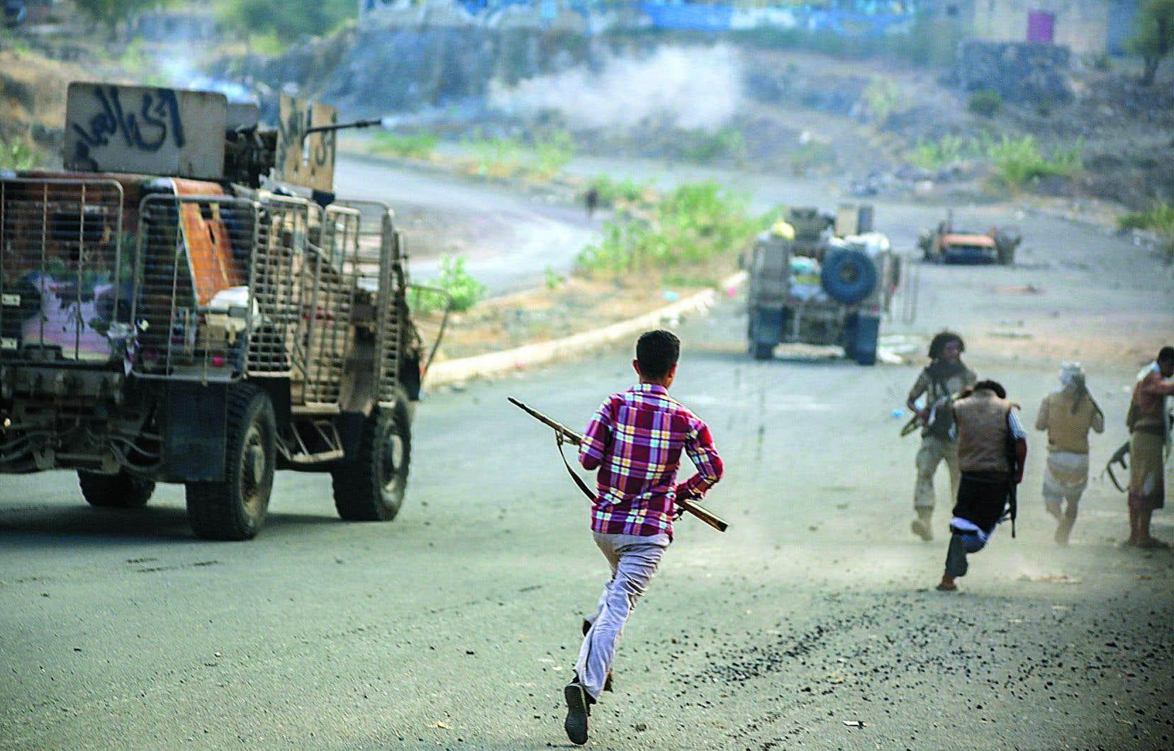 Des combattants proches du régime au pouvoir, soutenu par l'Arabie saoudite, affrontent des rebelles houthis.