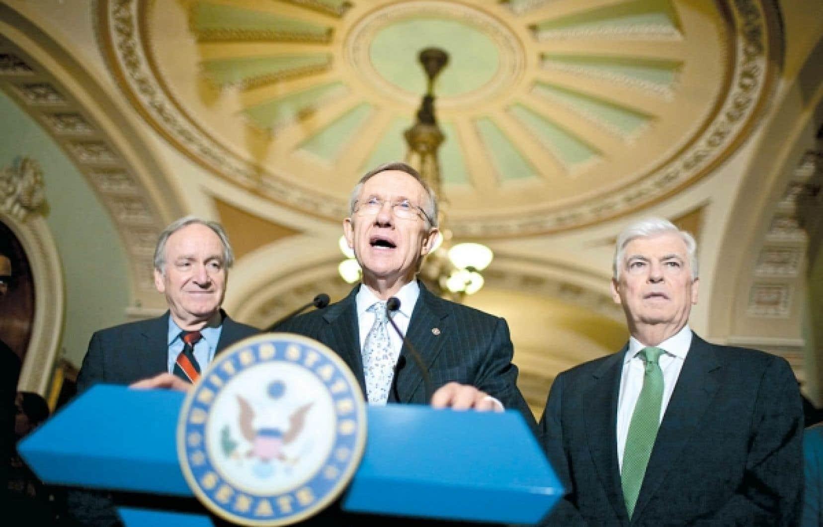 Le leader de la majorité démocrate au Sénat, Harry Reid, s'adressant à la presse en présence des sénateurs démocrates Tom Harkin et Christopher Dodd au sujet du lancement du débat sur la réforme de santé.