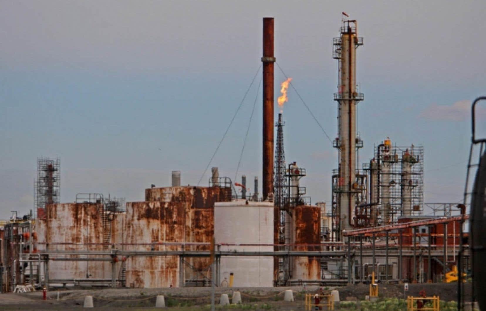 La raffinerie Shell de Montréal-Est, mise en vente en juillet dernier par Royal Dutch Shell, traite 130 000 barils. Elle emploie 550 personnes, dont 350 syndiqués.