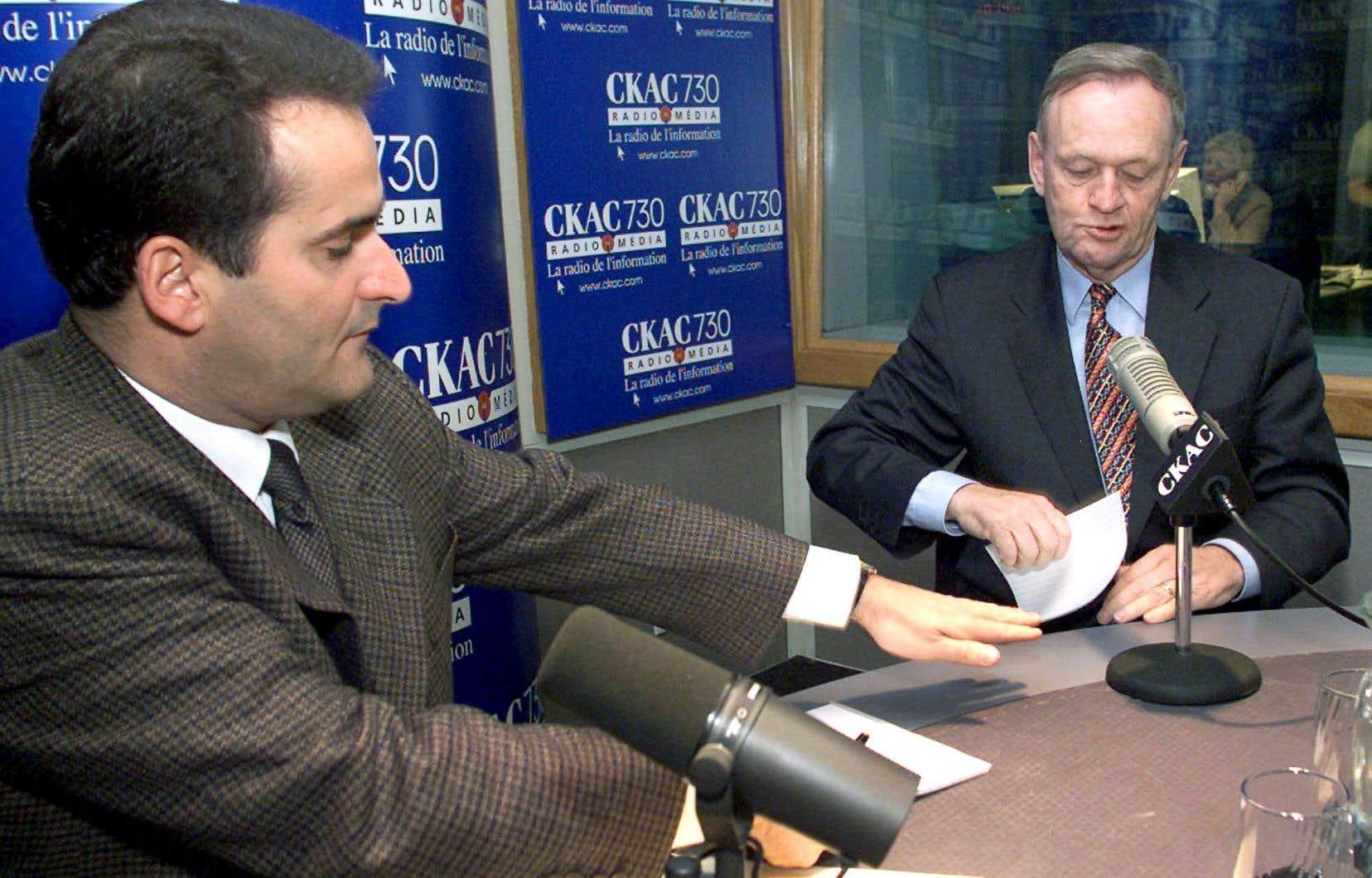 Jean Lapierre, devenu animateur à la radio, s'apprête à faire une interview avec Jean Chrétien, alors premier ministre du Canada, en novembre 2000.