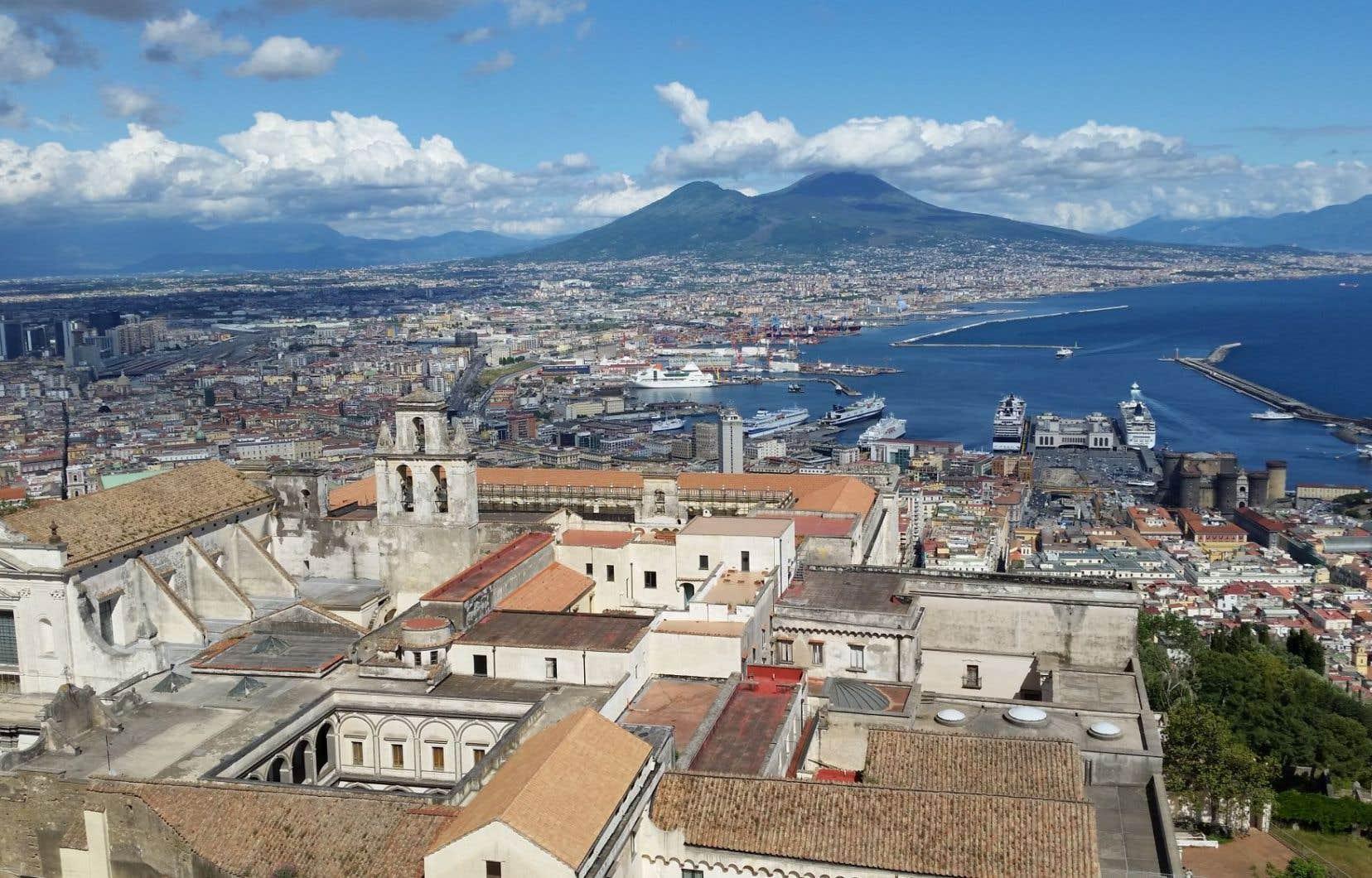La baie de Naples, en Italie, avec le Vésuve en arrière-plan