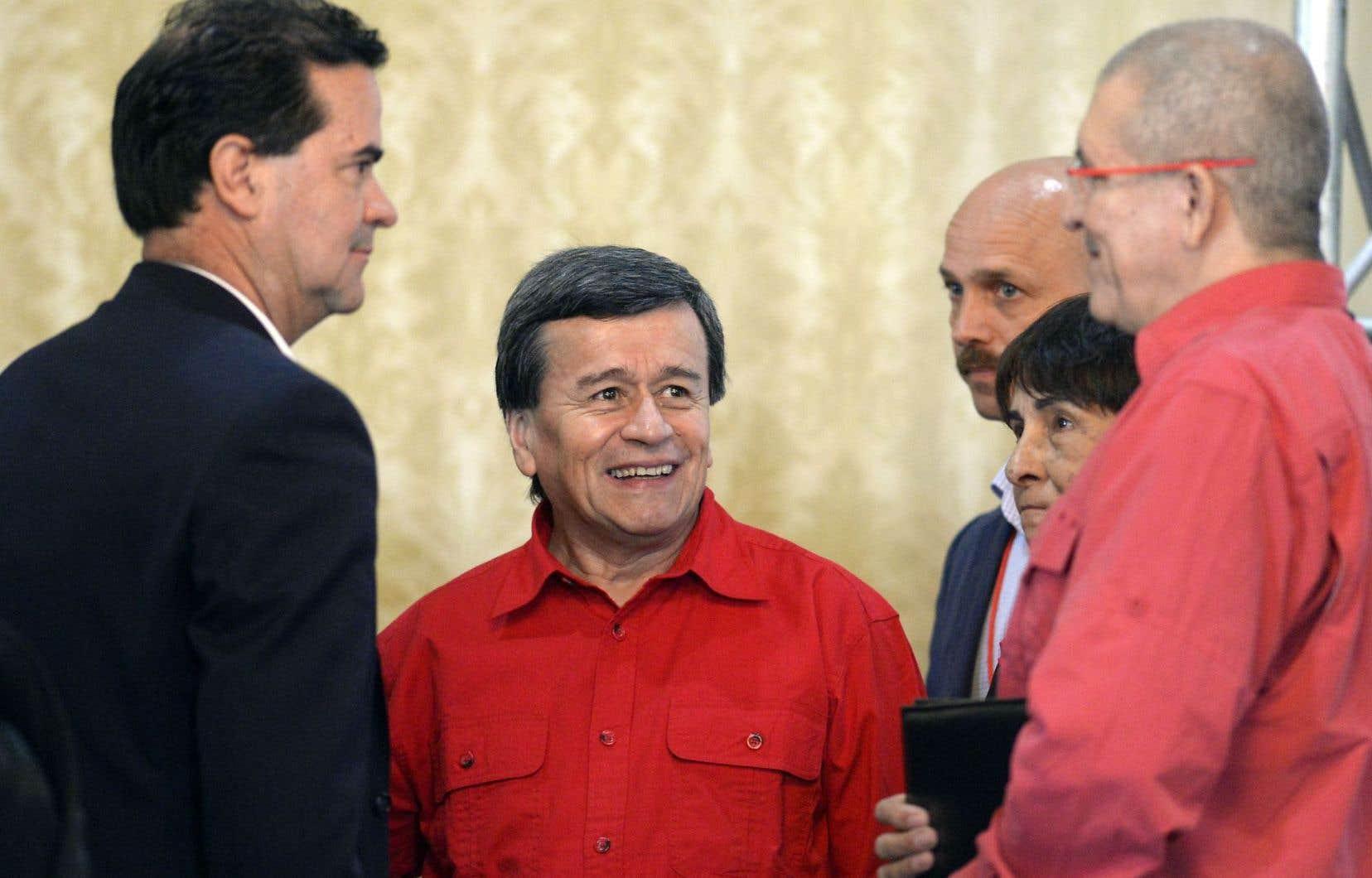 Le représentant de l'ELN, Pablo Beltran (au centre), mercredi en compagnie de membres de son groupe, discutant avec le chef négociateur de Bogotá, Frank Pearl (à gauche)