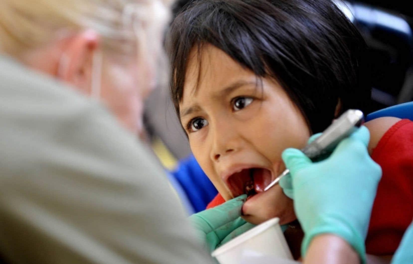 La faculté de médecine dentaire de l'Université de Montréal souhaite réclamer 1000 $ de plus par année à ses étudiants dès l'automne 2010, «avec leur accord».