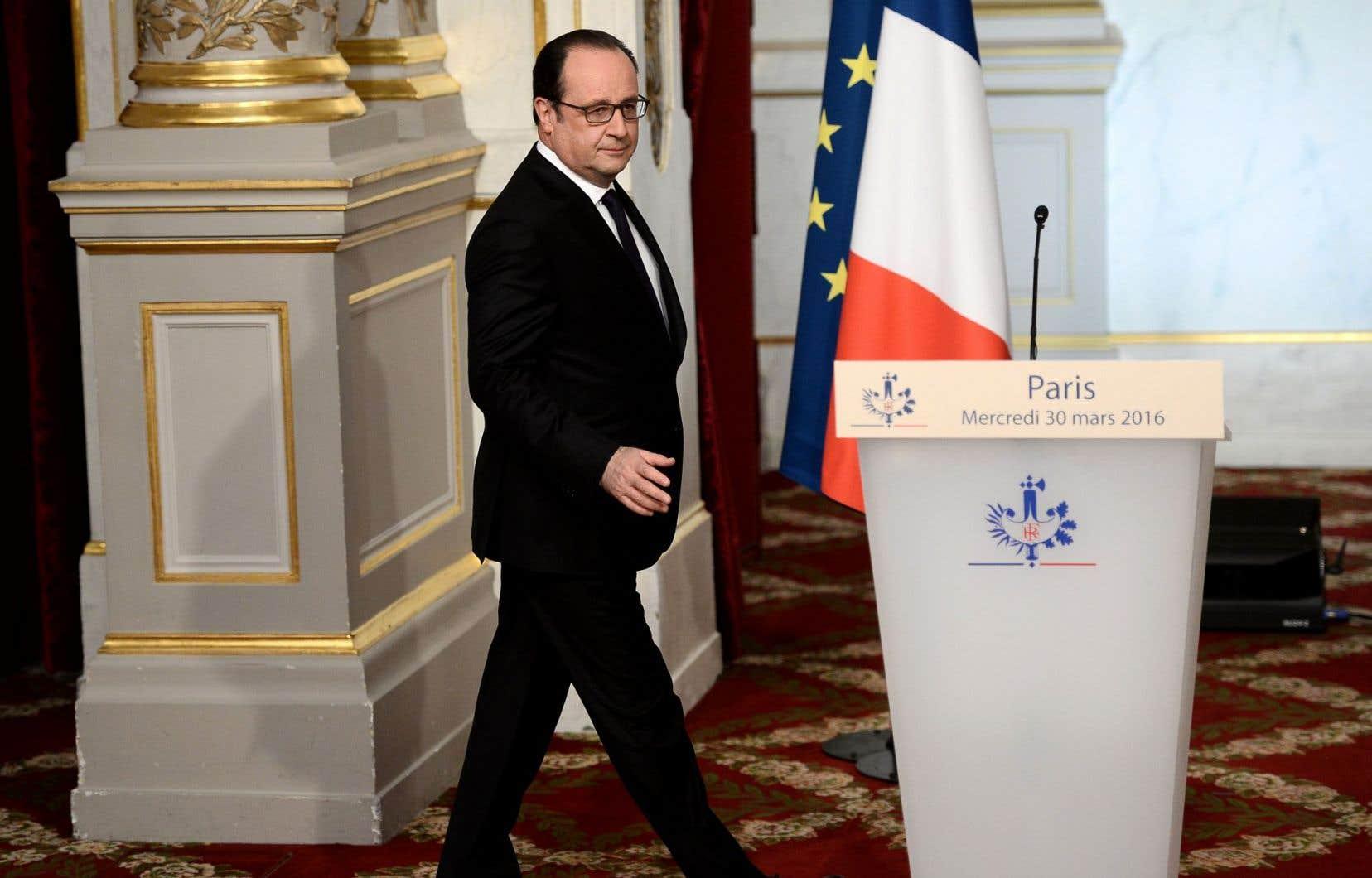 Le président français, François Hollande, s'apprête à annoncer l'abandon du projet de réforme de la Constitution.