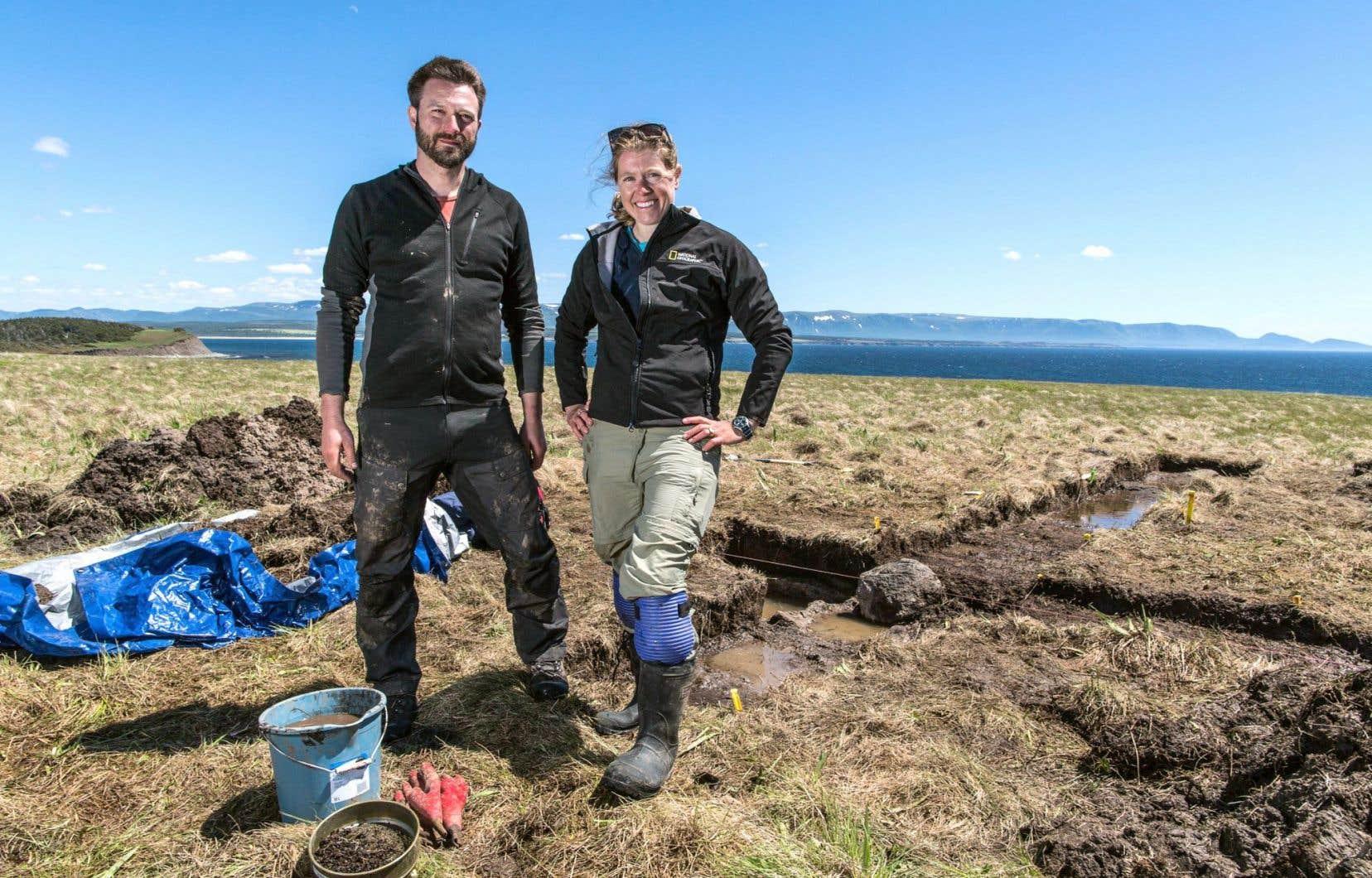Les archéologues Douglas Bolender et Sarah H. Parcak sur le site de Point Rosee, à l'extrême ouest de Terre-Neuve