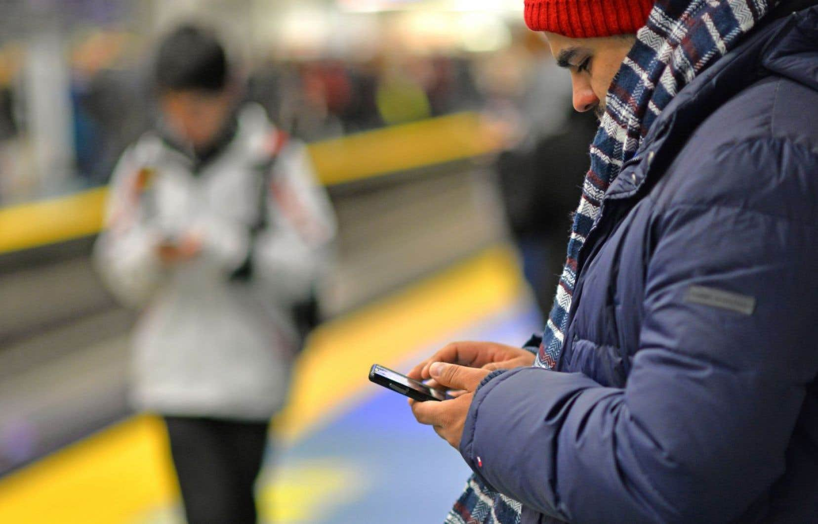 «Nous pourrions continuer encore longtemps, pourtant c'est bien là, sur les réseaux sociaux, que nous avons déplacé une partie importante de notre vie sociale», selon Étienne Savignac.