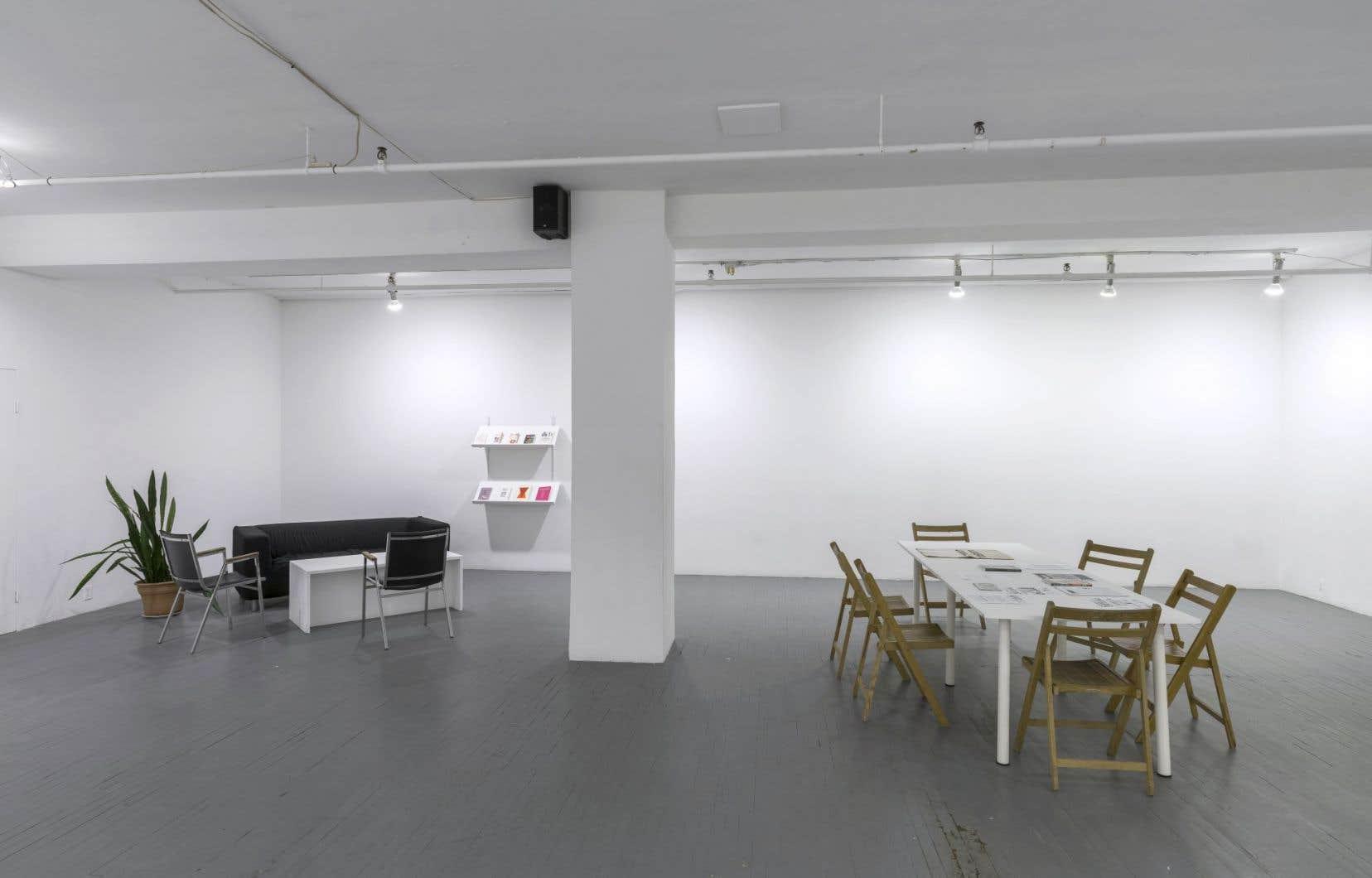 L'art y est absent, l'espace faisant plutôt place aux livres et aux textes sur des supports variés.