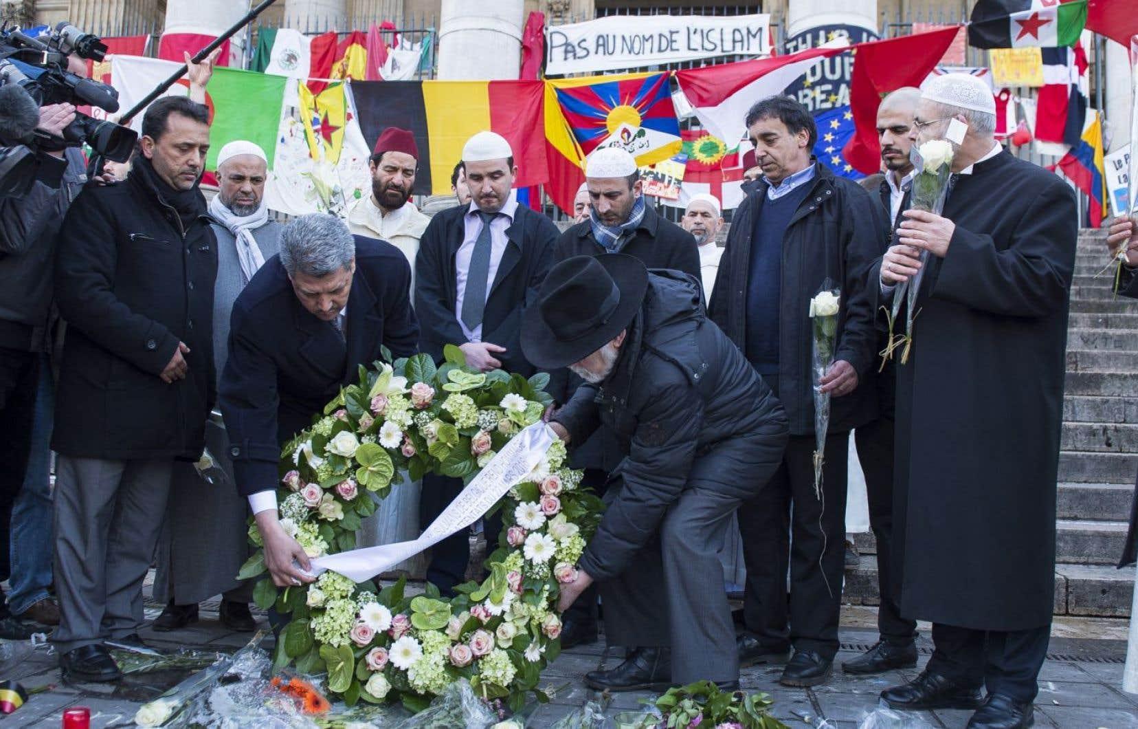 Salah Echallaoui, président de l'Exécutif des musulmans de Belgique, et Albert Guigui, grand rabbin de Belgique, déposaient une couronne de fleurs à la place de la Bourse de Bruxelles, le 1er avril dernier.