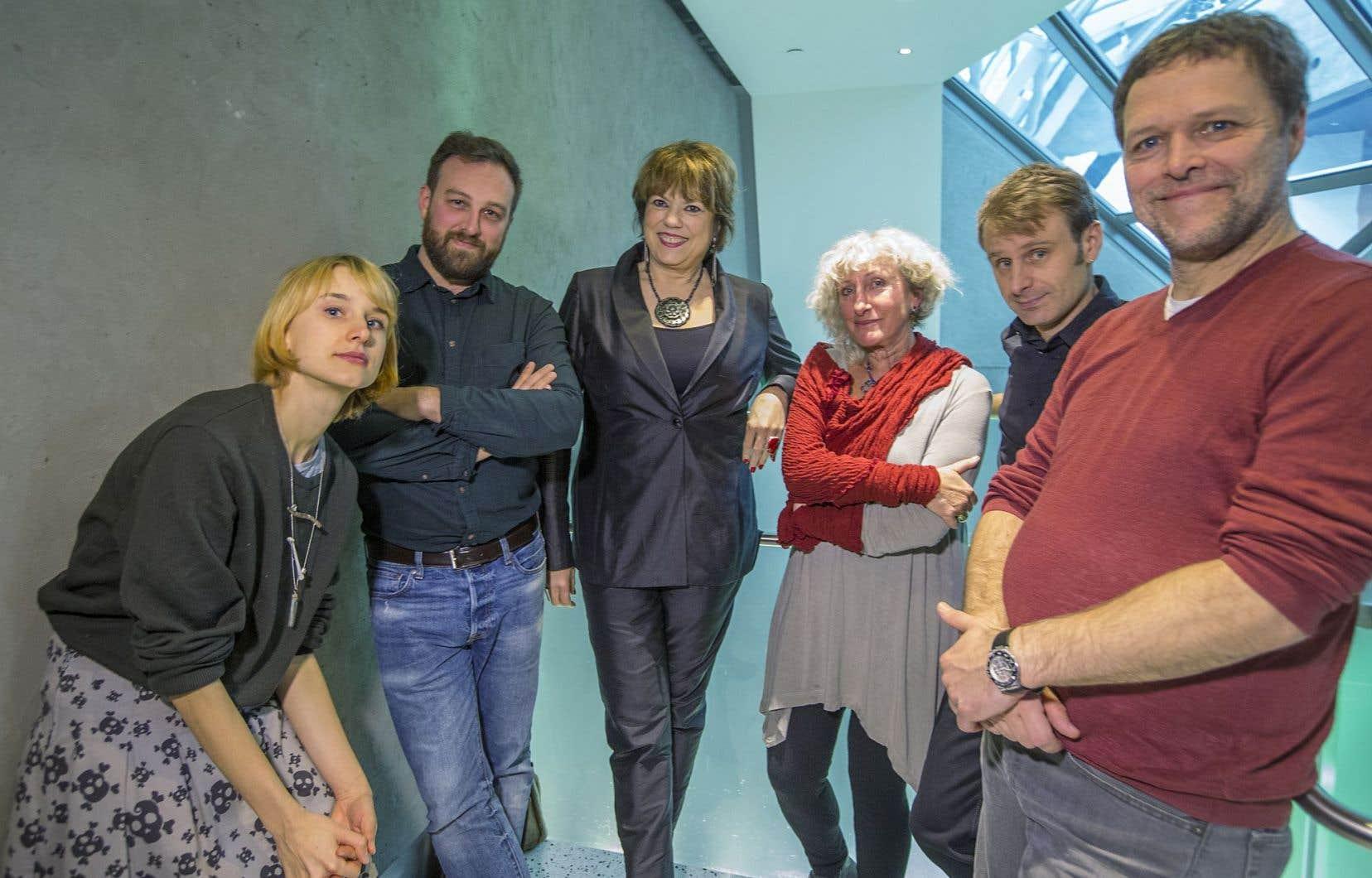 Les cinq écrivains finalistes entourent la ministre Hélène David.