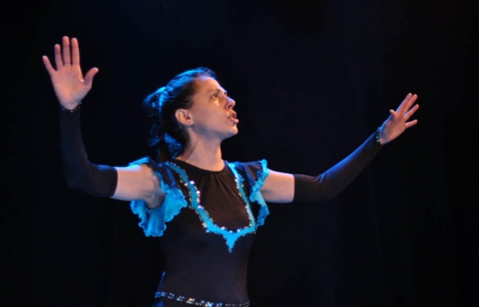 Julie Carrier-Prévost met le feu aux poudres. Toute de paillettes vêtue dans Gloria, de Simon Boulerice, elle incarne une patineuse artistique autodidacte...