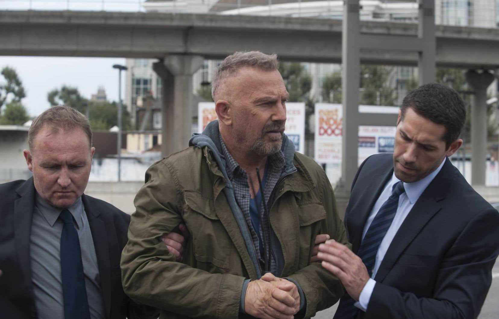 «Criminal» met en vedette Kevin Costner dans le rôle de Pope, un psychopathe à qui un neurochirurgien brillant «greffe» la mémoire d'un agent secret mort au combat.