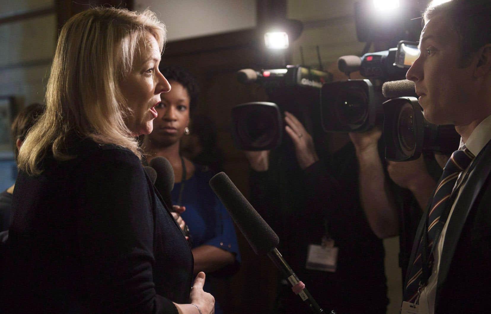 La ministre responsable de la Condition féminine, Lise Thériault, a appelé les partis d'opposition à ne pas faire de «la partisanerie à outrance» en matière de condition féminine.