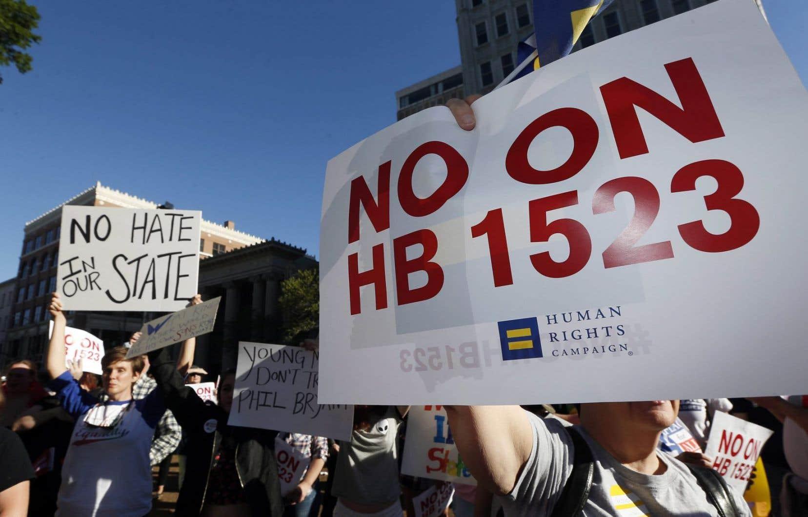 Manifestation contre la loi HB1523 devant la maison du gouverneur à Jackson, au Mississippi. Cet État autorise l'homophobie au nom du pluralisme des convictions sincères face au mariage, écrit X. H. Rioux.