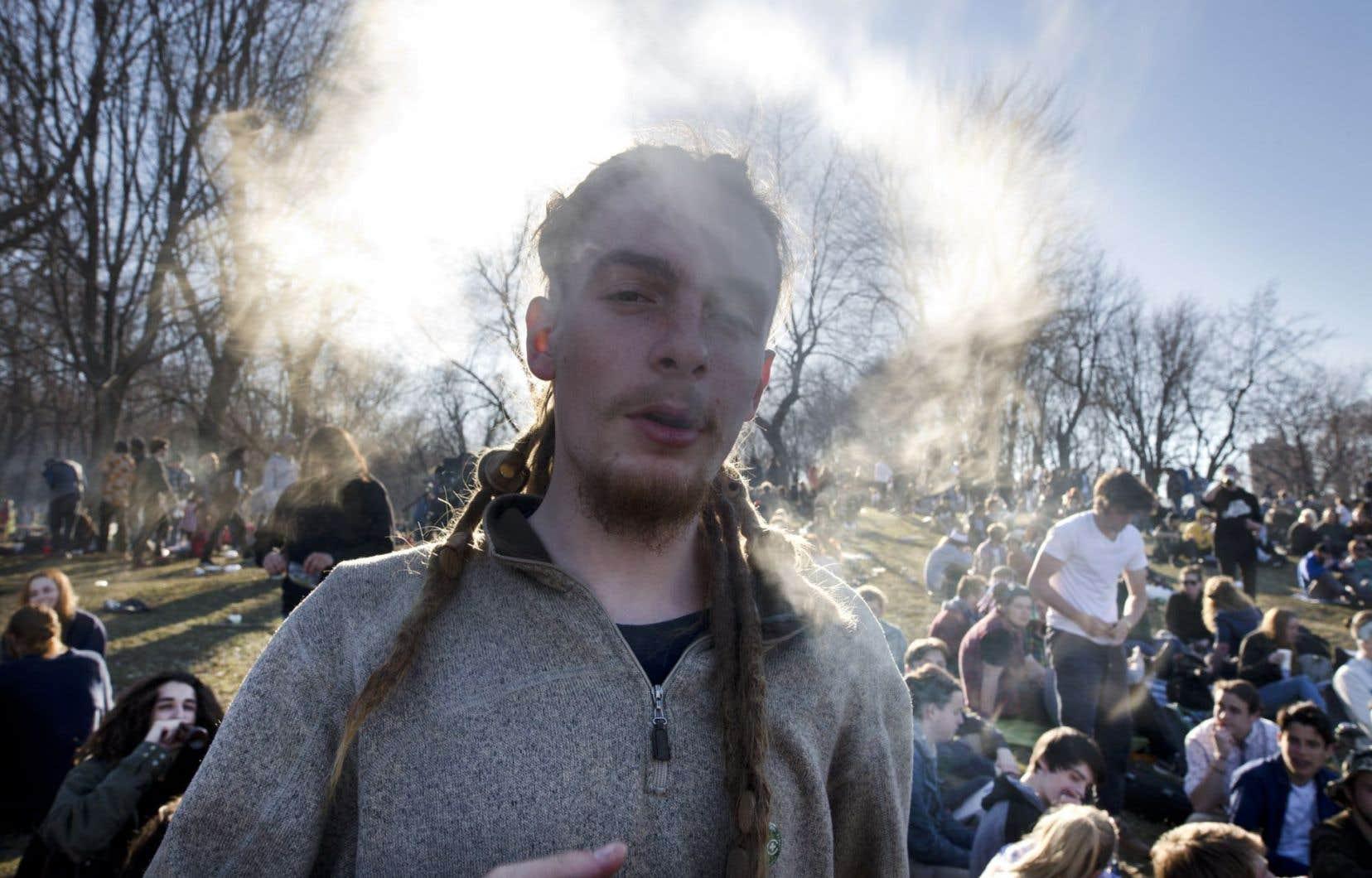 Plusieurs manifestations se tenaient un peu partout, mercredi, pour demander la légalisation du cannabis. Ci-dessus, des militants réunis au parc Jeanne-Mance à Montréal pour l'événement «420», qui a lieu chaque année.