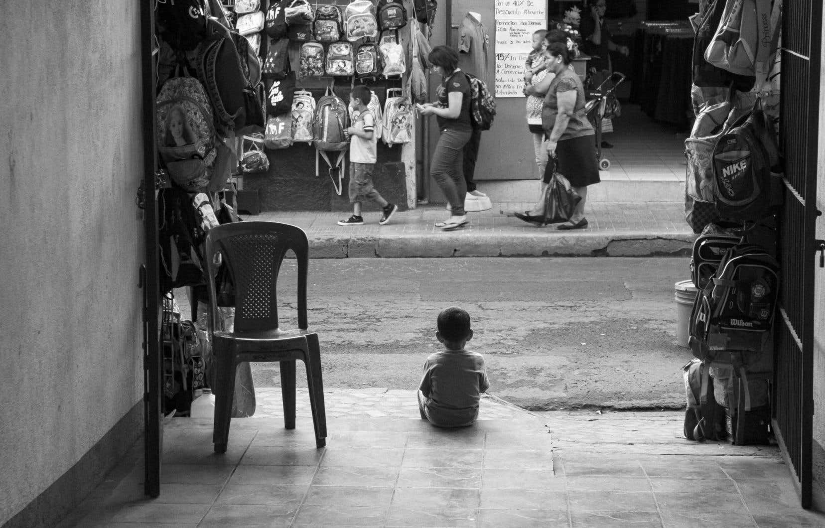En 2012, Samian entame un voyage au Nicaragua muni d'une caméra. Au hasard d'un détour, dans la ville de Léon, il prend la photo d'un petit garçon, de dos, assis au bord du trottoir, regardant ce qui se passe dans la rue. Un projet germe.