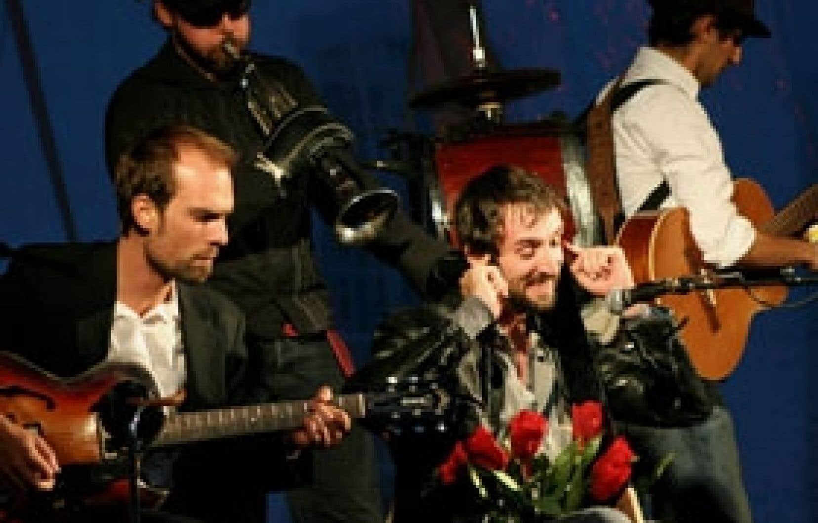 Bruno Bouchard, Simon Drouin, Simon Elmaleh et Jasmin Cloutier jouent à Tom Waits, en imitant le grain de sa voix ou en jouant, comme lui, à créer des instruments. Photo: Sébastien Hudon