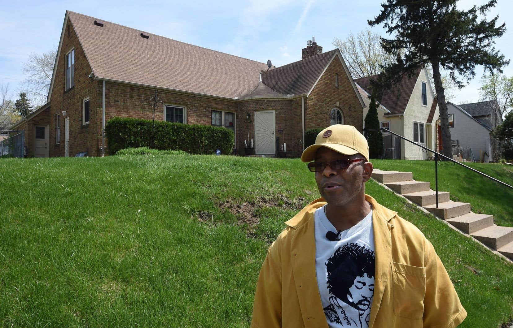 Dean Spencer, ami d'enfance de Prince, devant l'une des maisons que le chanteur a habitées pendant son enfance à Minneapolis.
