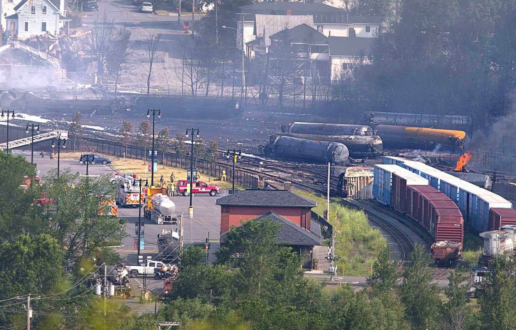 Une voie ferrée de contournement permettrait d'éviter une fois pour toutes le passage de convois de produits dangereux en plein cœur de cette municipalité traumatisée par la tragédie de juillet2013.