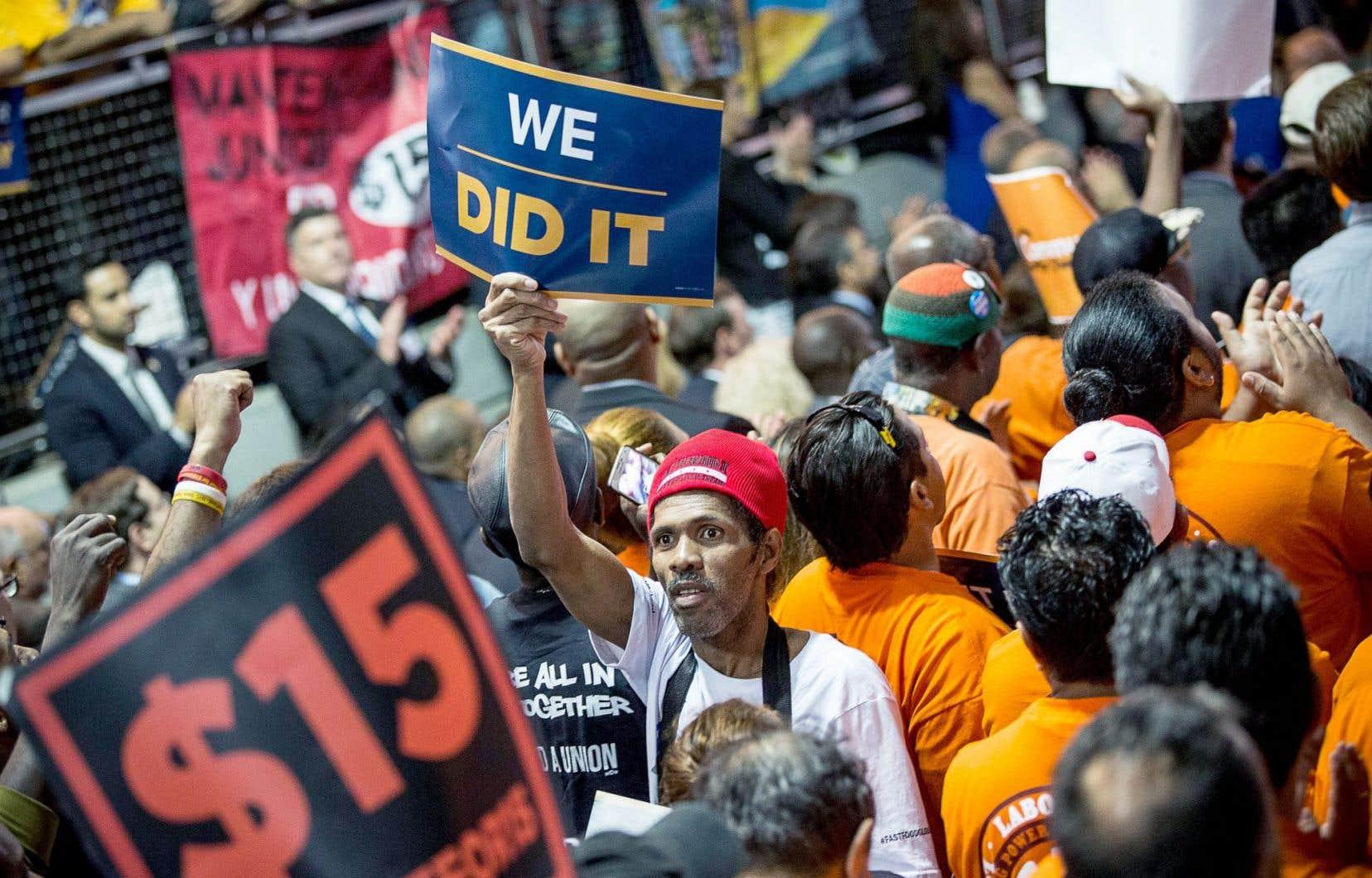 Aux États-Unis, les travailleurs à bas salaire se battent depuis des mois pour obtenir que le salaire minimum soit porté à 15$US l'heure. Au Québec, une étude démontre qu'un «salaire viable» devrait être de 15,10$ l'heure.