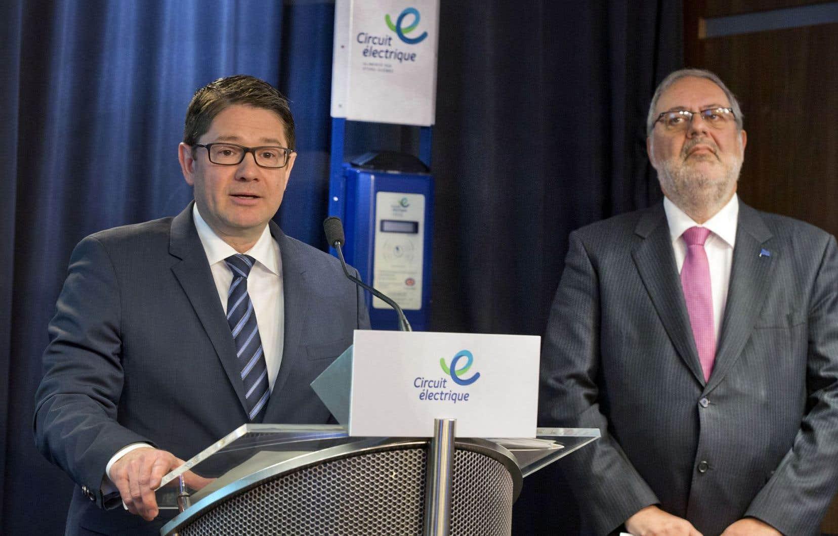 Le président-directeur général d'Hydro-Québec, Éric Martel, et le ministre de l'Énergie, Pierre Arcand, ont annoncé lundi l'implantation de 22 nouvelles bornes de recharge de Circuit électrique dans la région d'Ottawa.