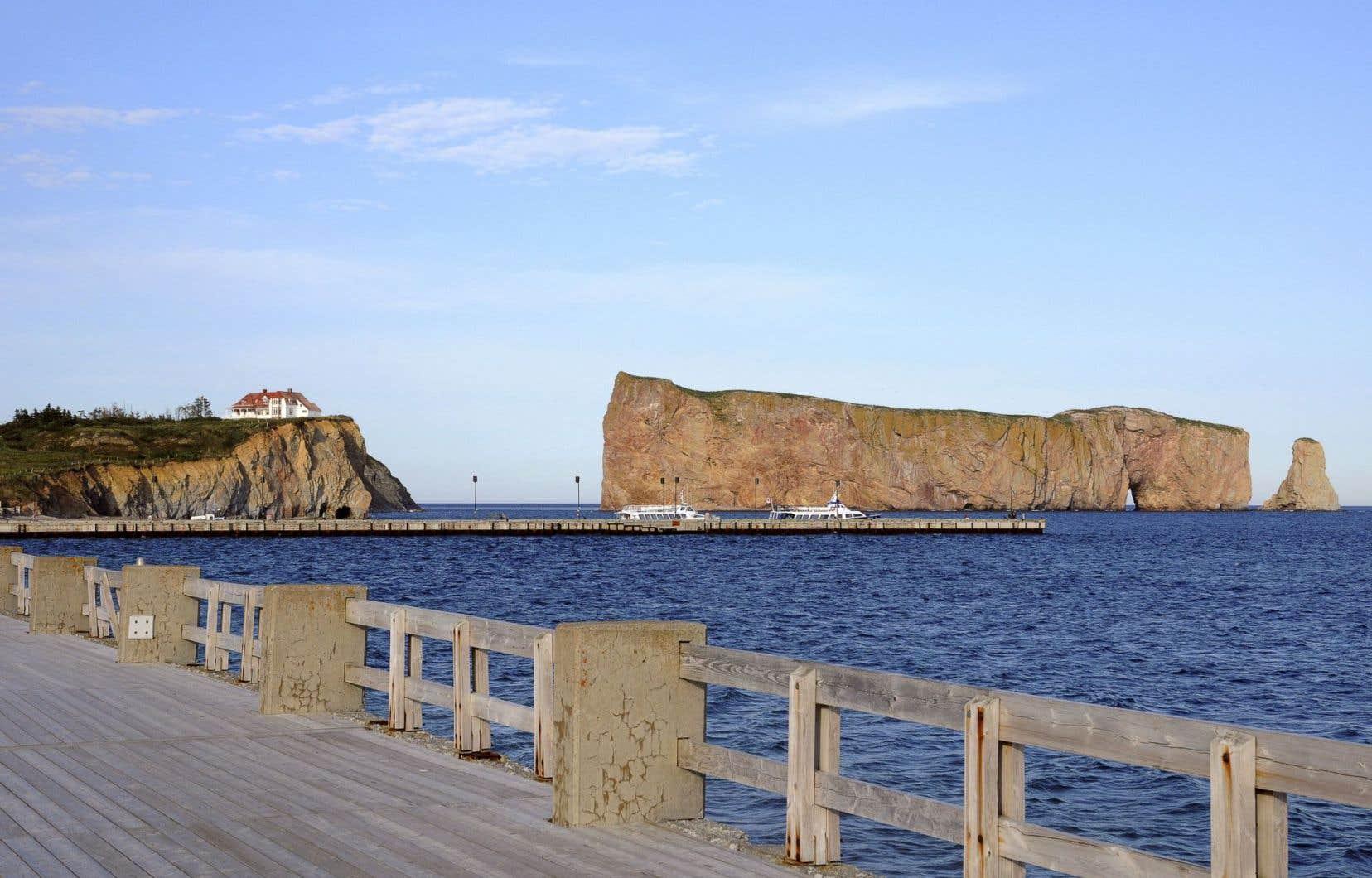 À Percé, un mur de béton soutient une promenade avec vue sur le rocher Percé. L'infrastructure, en fin de vie, est désormais vulnérable.