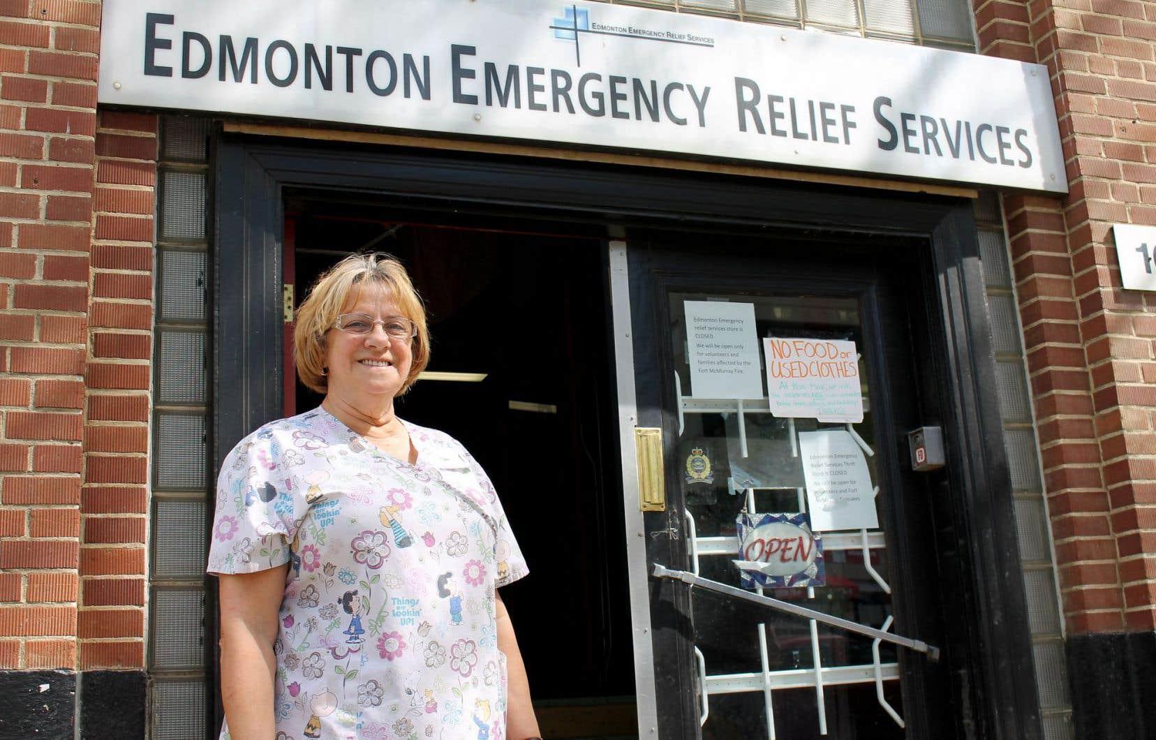 La Franco-Albertaine Yvonne Irwin est au comptoir de la Edmonton Emergency Relief Services Society, au service des évacués.