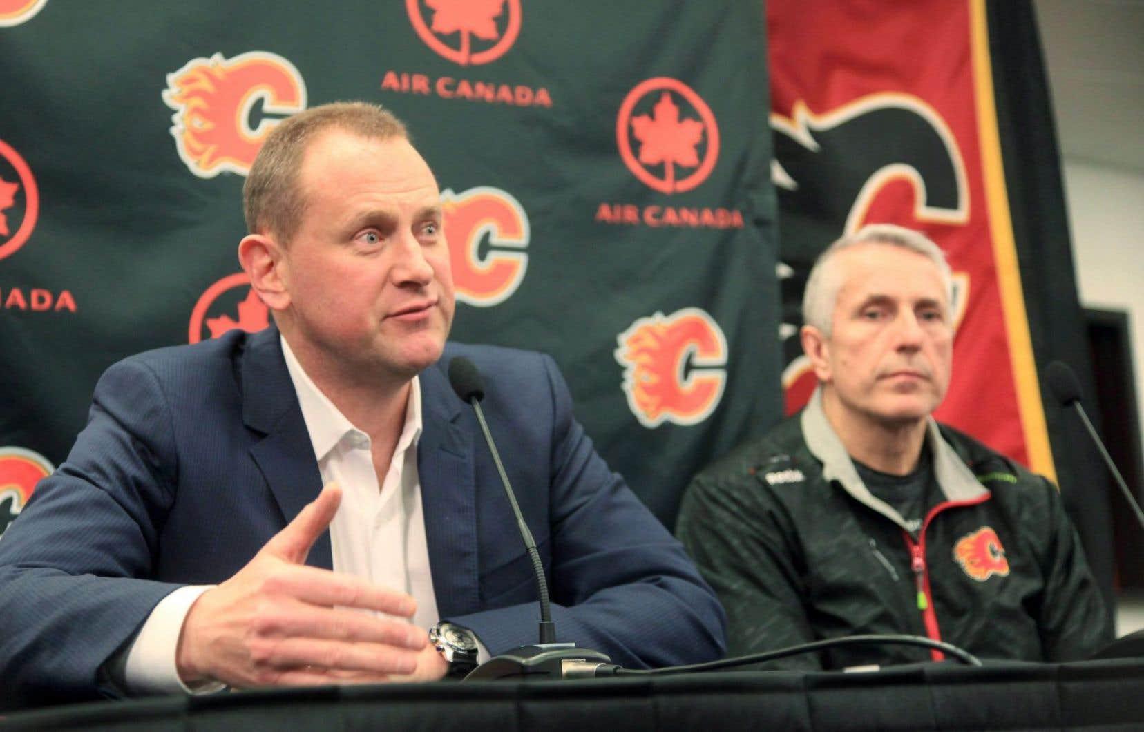 Le directeur général des Flames, Brad Treliving (à gauche), et l'ancien entraîneur-chef des Flames, Bob Hartley