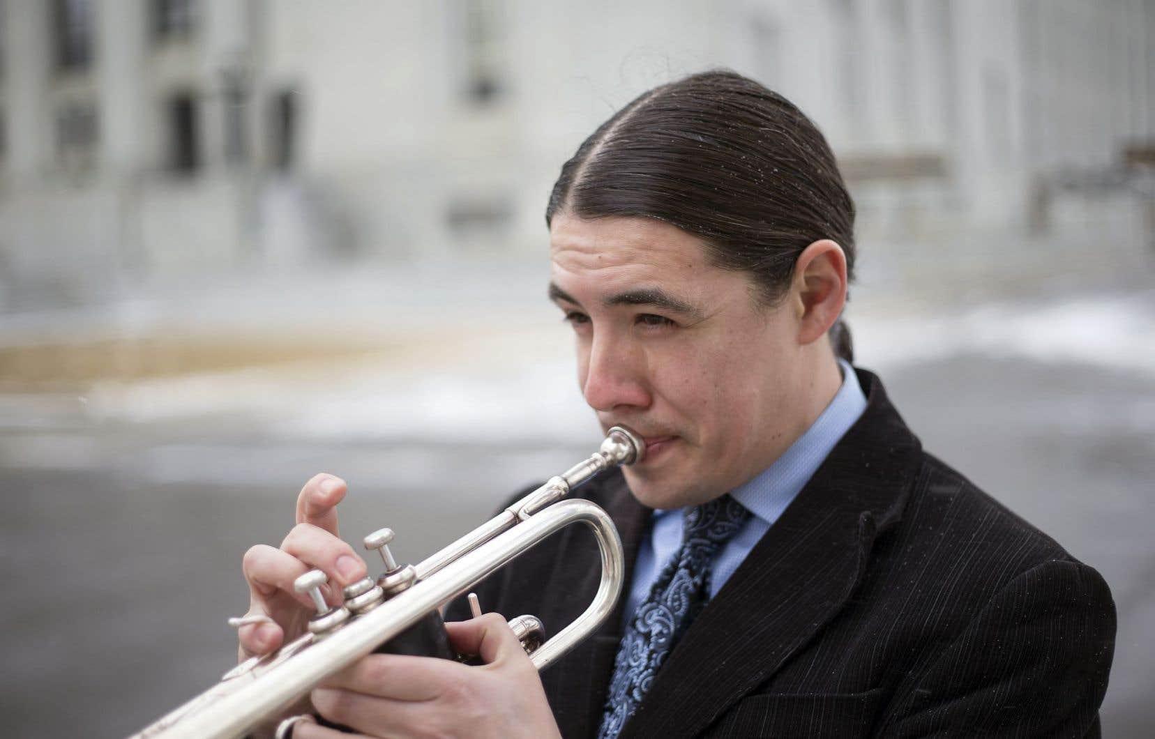 Multi-instrumentiste, Robert-Falcon Ouellette jouait de l'euphonium (tuba ténor) dans la fanfare de rue qui se produisait pendant le Festival d'été de Québec, la Fanfarniente della Strada.