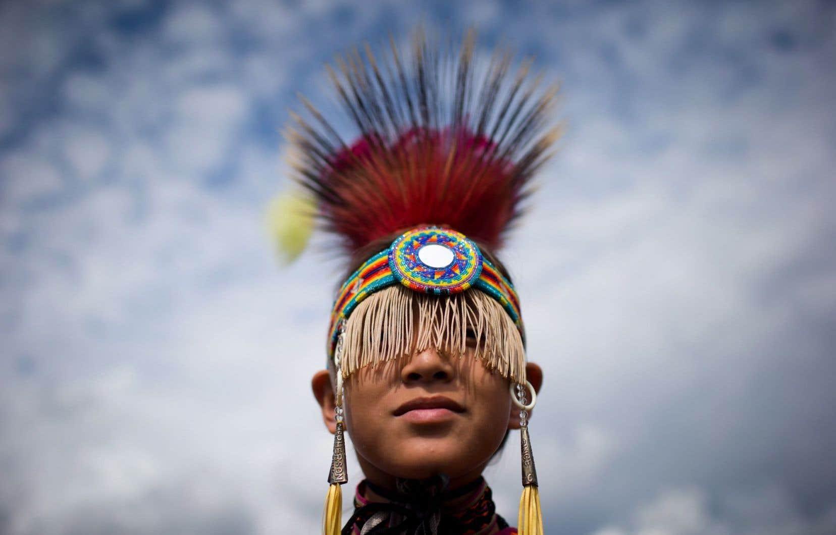 Un jeune membre de la nation des Musqueam, établis à Vancouver, portant une parure traditionnelle