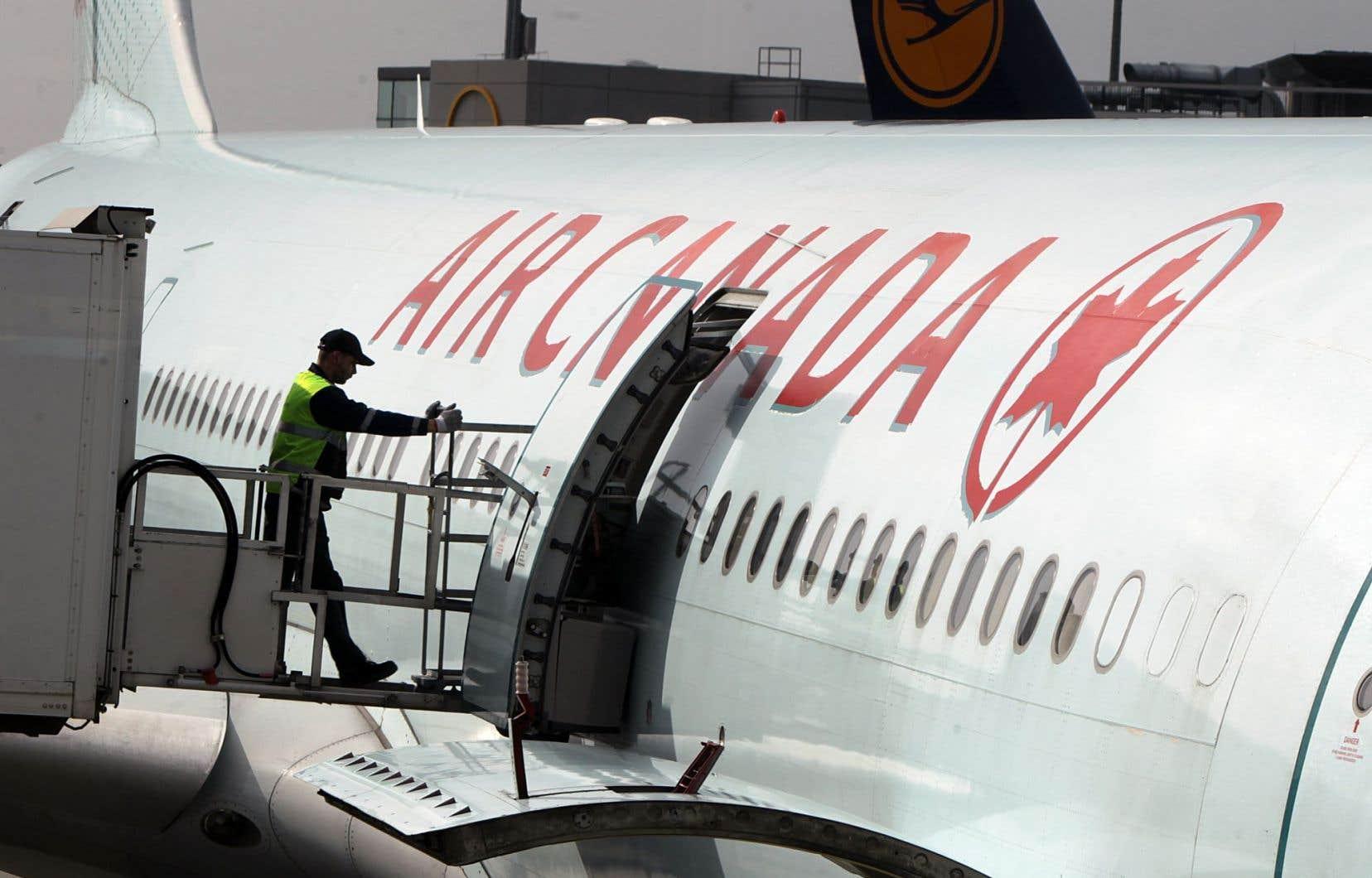 Air Canada a souvent été blâmée par le commissaire aux langues officielles en raison de ses manquements répétés à ses obligations en matière de langues officielles, rappelle l'auteur.