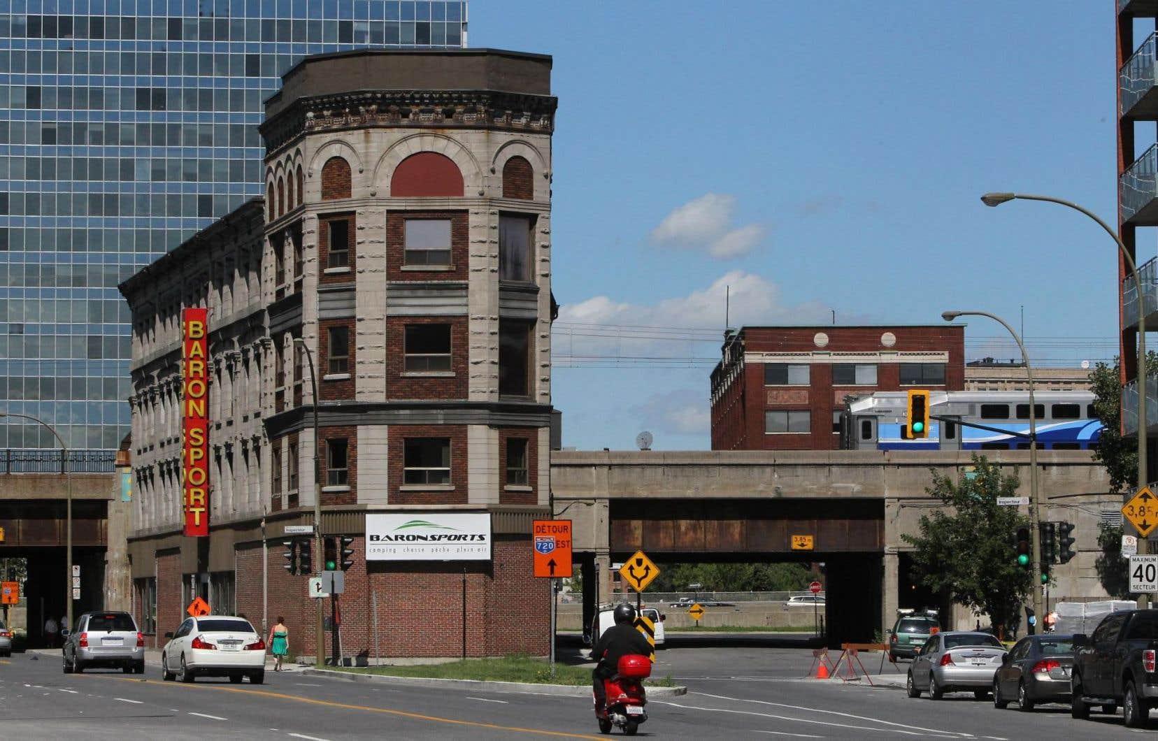 L'édifice Rodier, de forme triangulaire et situé au 932, rue Notre-Dame ouest, a été construit en 1875. La Ville de Montréal en a fait l'acquisition en 2010.<br />