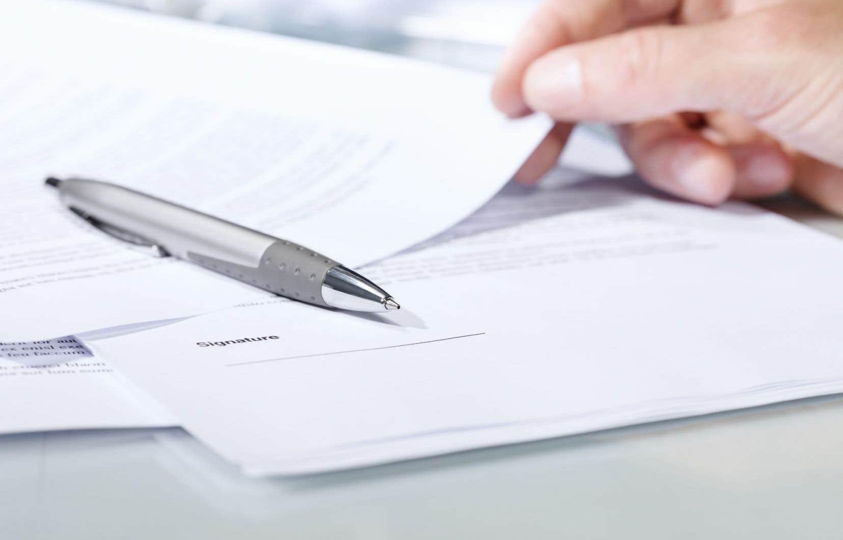 Les deux auteurs jugent « curieuse » l'idée de « faciliter l'octroi de contrats sans appel d'offres ».