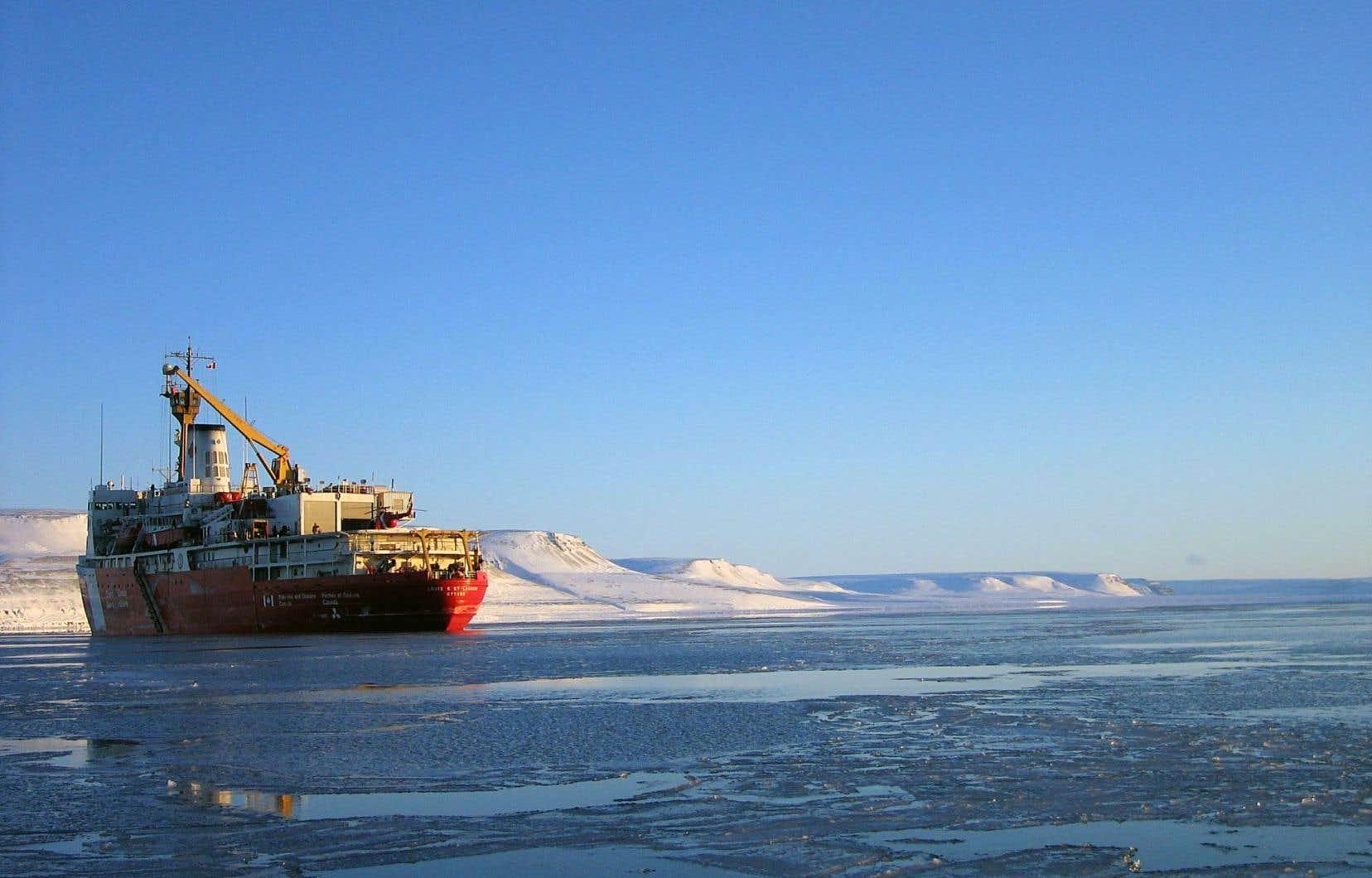 Le «Louis-Saint-Laurent», navire amiral de la Garde côtière canadienne, dans les eaux de l'Arctique