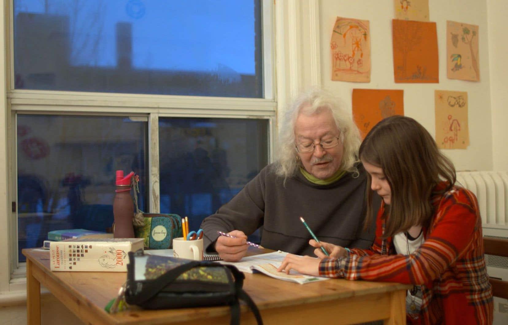 L'un des reportages de la nouvelle émission portera sur l'aide aux devoirs apportée par les grands-parents