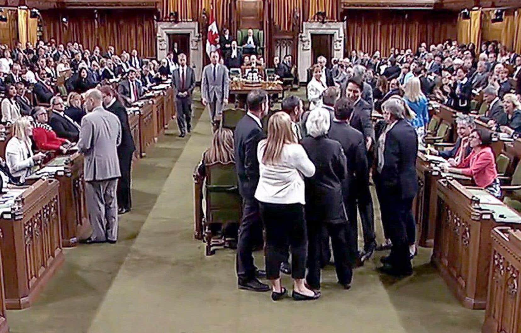 En tentant d'intercepter le whip, le premier ministre Justin Trudeau s'est retrouvé au cœur d'une bousculade.