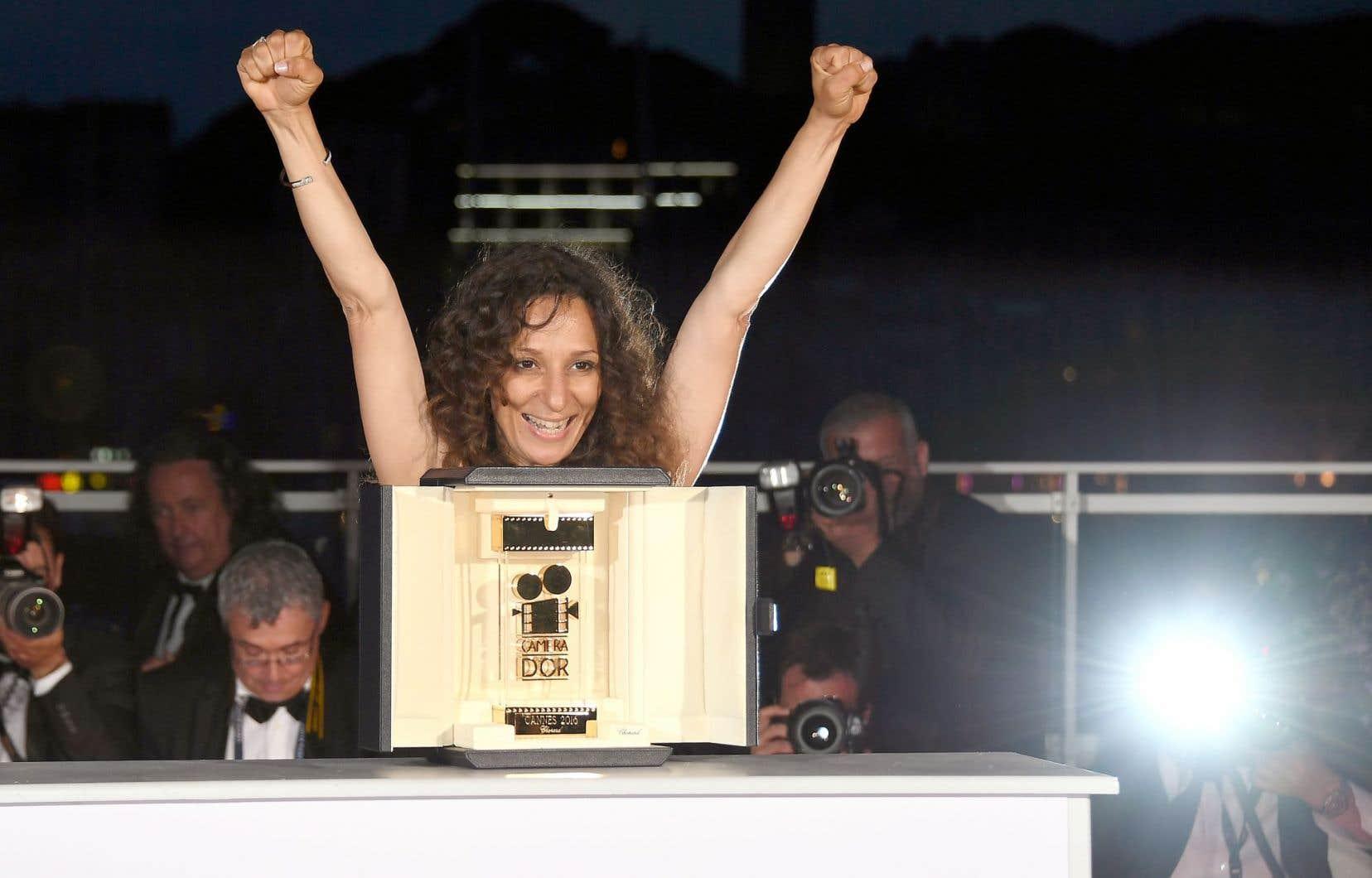 La cinéaste franco-marocaine Houda Benyamina recevant la Caméra d'or du meilleur premier long-métrage pour «Divines»