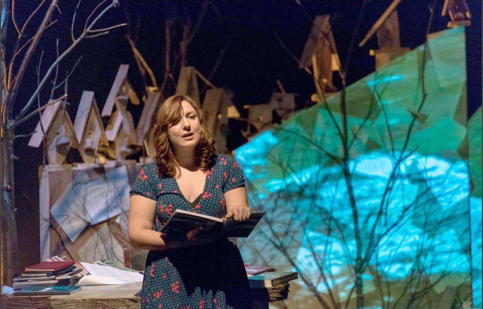 Stéphanie Pelletier lors de son spectacle solo Le cul dans la fraîcheur du temps qui s'écoule, présenté au Théâtre du Bic