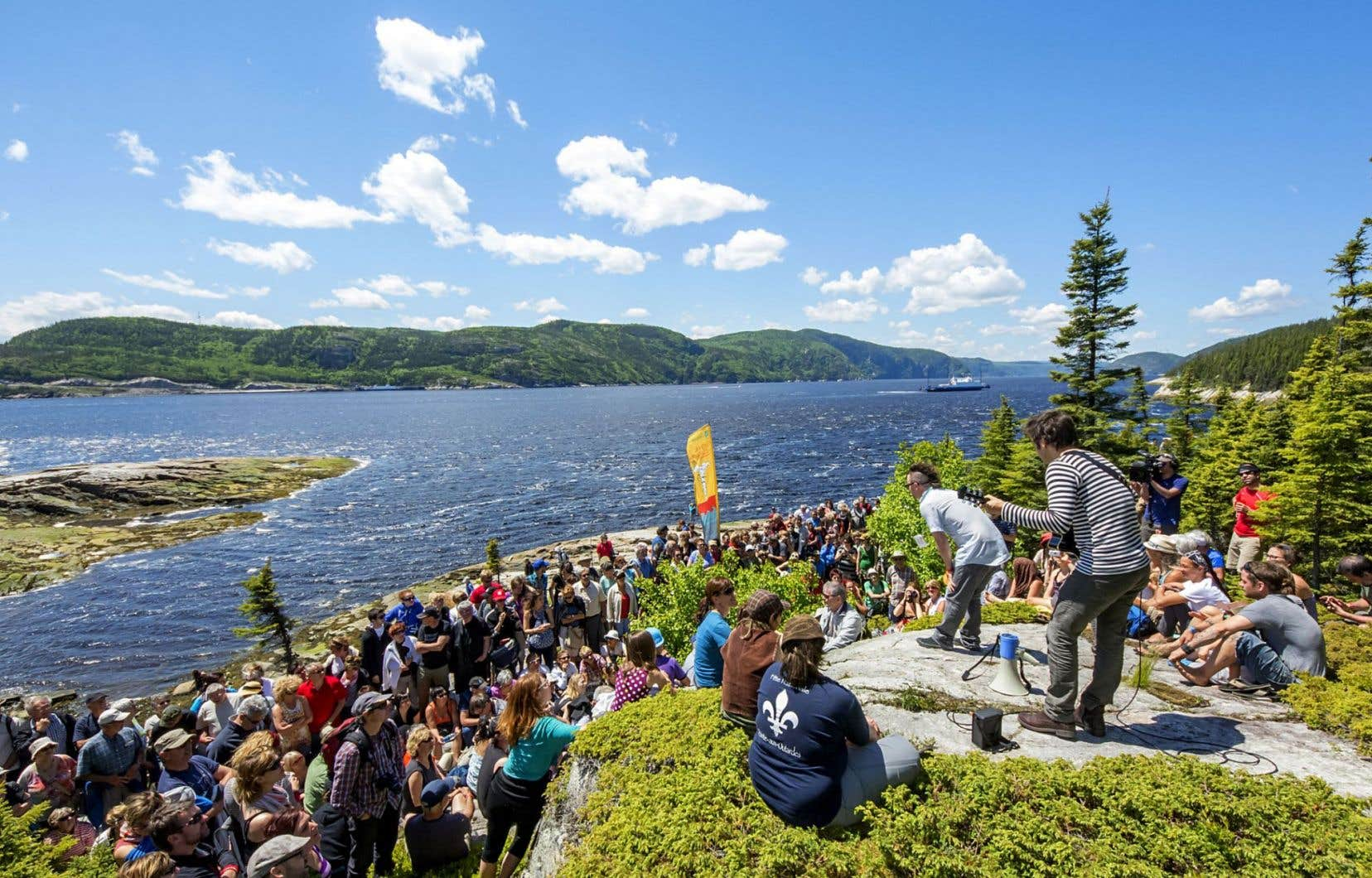 Un spectacle du Festival de la chanson de Tadoussac sur le bord du Saguenay