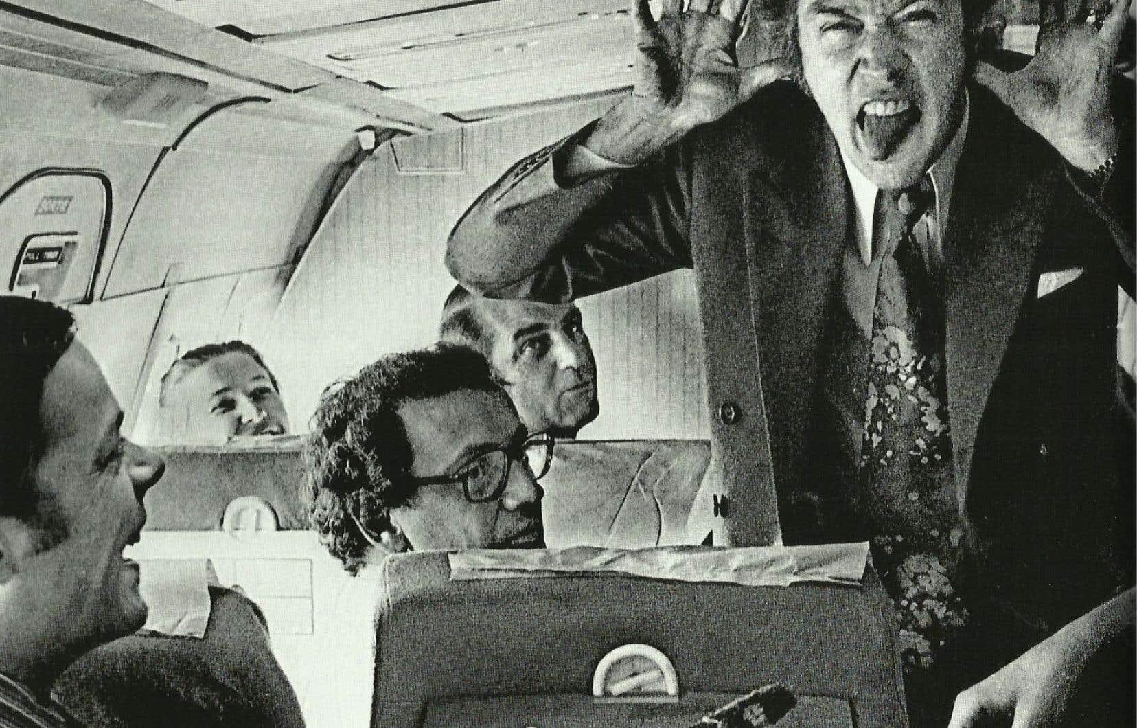 Le premier ministre Pierre Elliott Trudeau se détend avec les membres de la Tribune de la presse à bord de son avion de campagne en 1972.