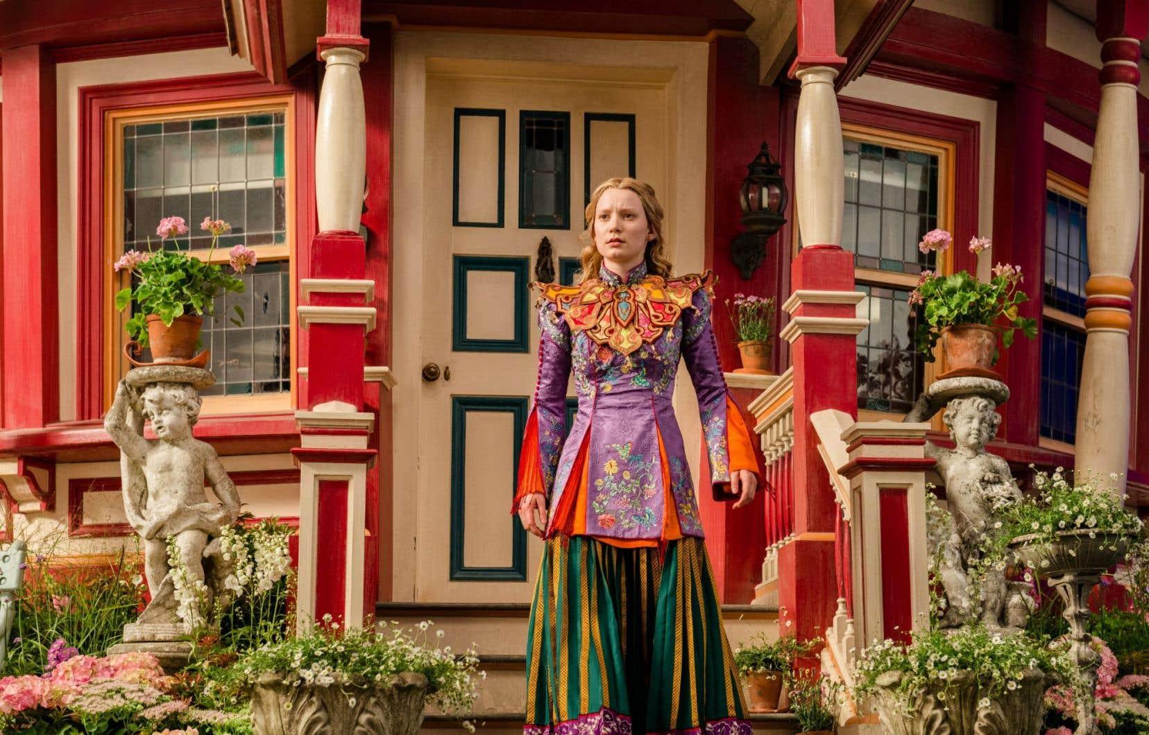 Mia Wasikowska campe pour une seconde fois Alice, qui replonge au pays des merveilles et retrouve ses colorés habitants.